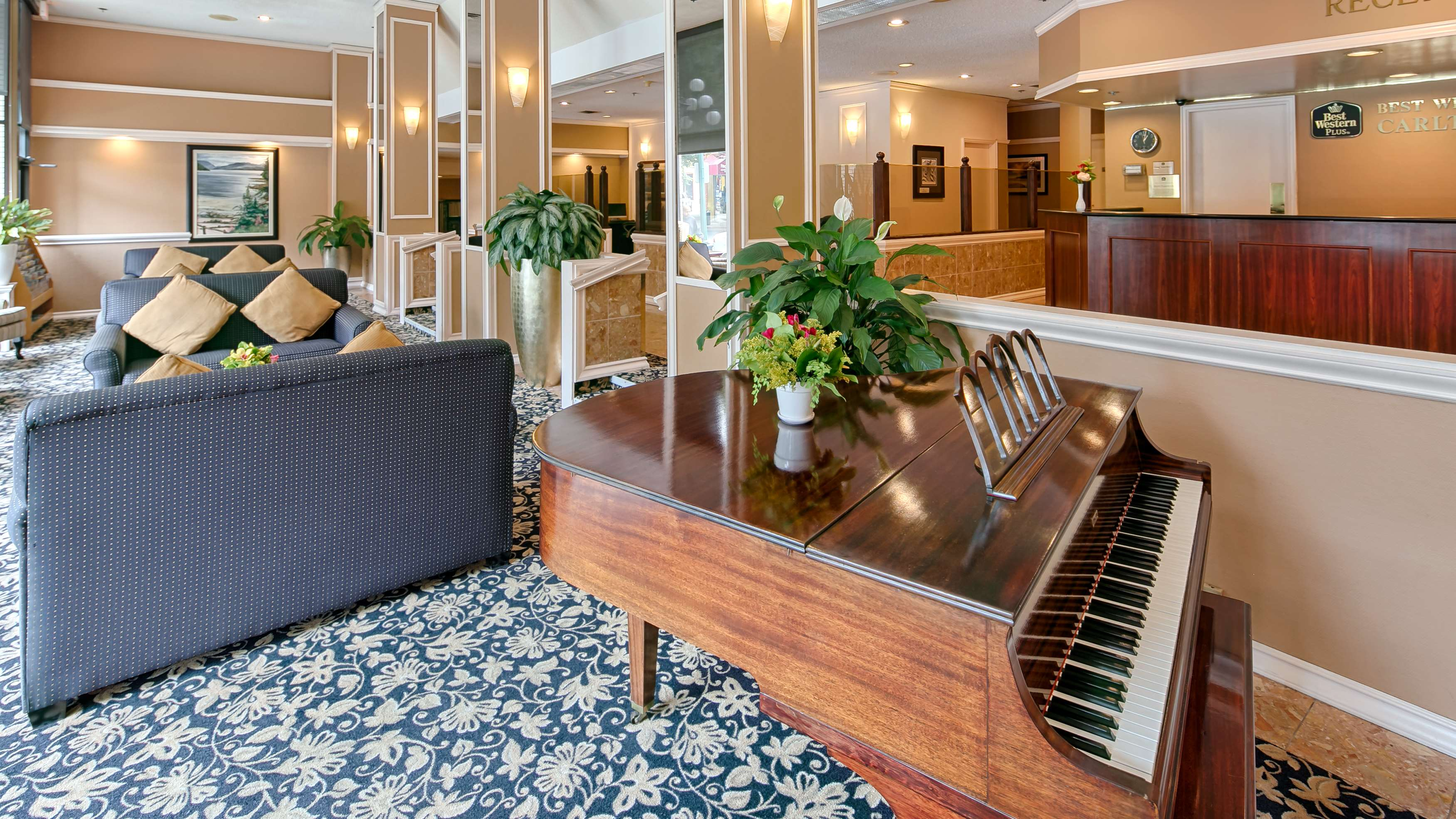Best Western Plus Carlton Plaza Hotel in Victoria: Lobby