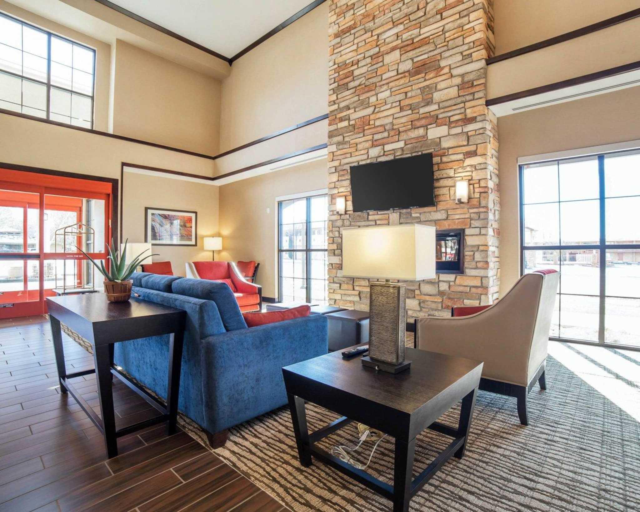 Comfort Suites image 4