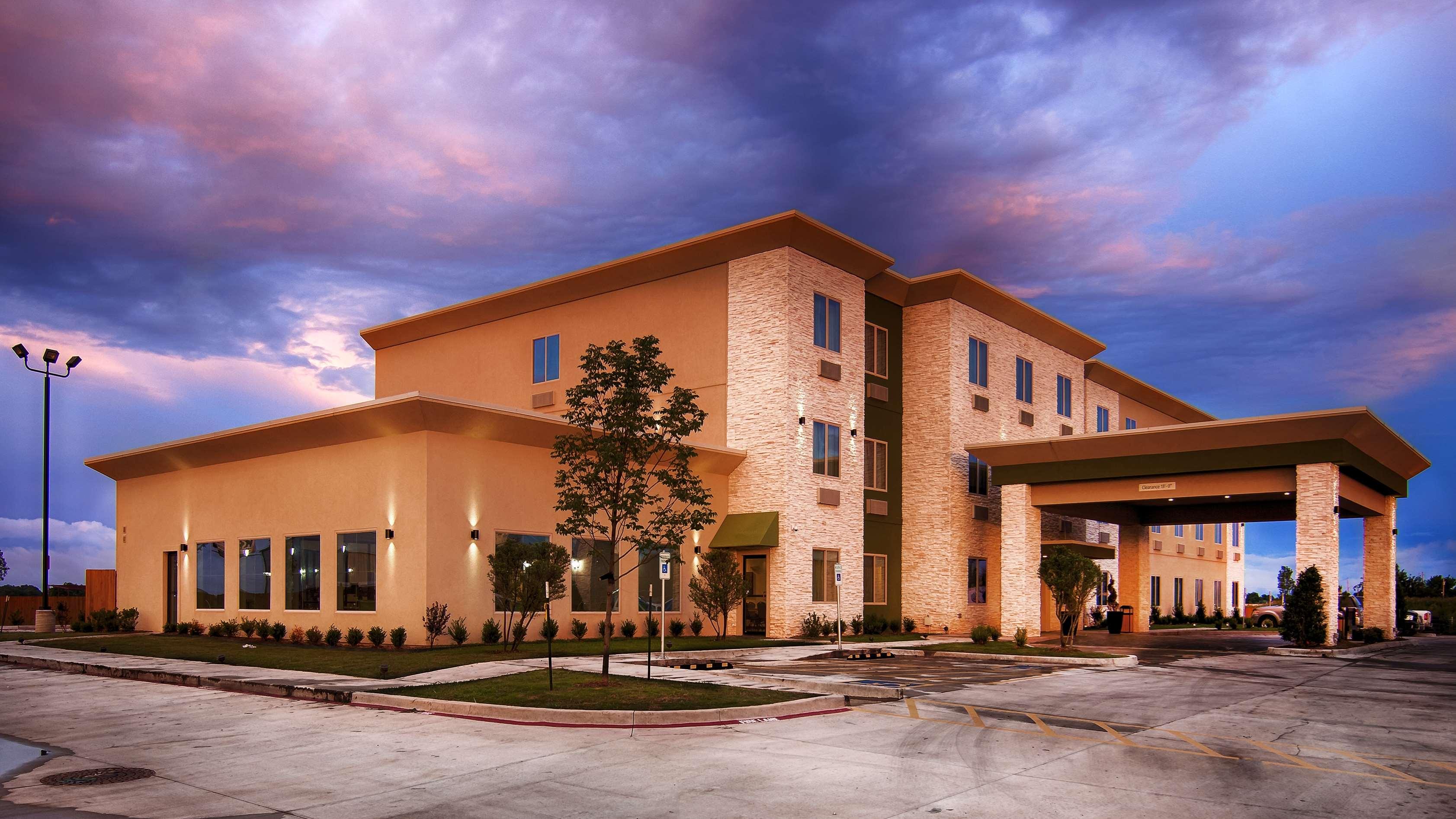 Best Western Lindsay Inn & Suites image 3