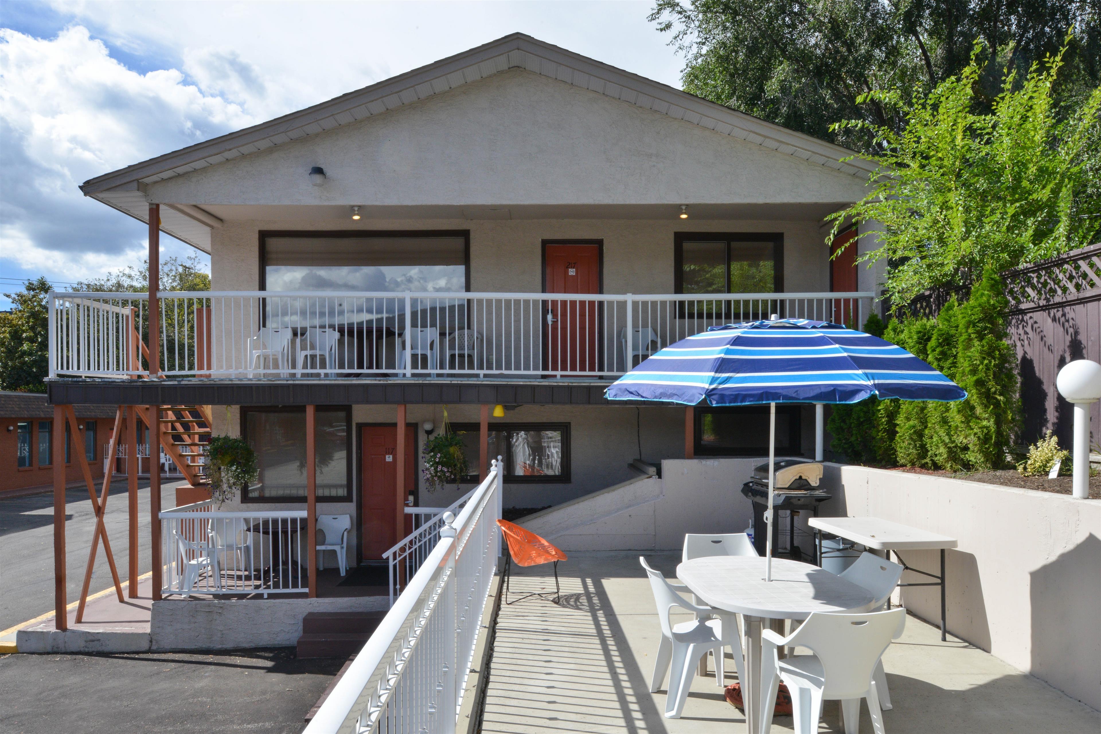 Canadas Best Value Inn & Suites Vernon in Vernon: Patio