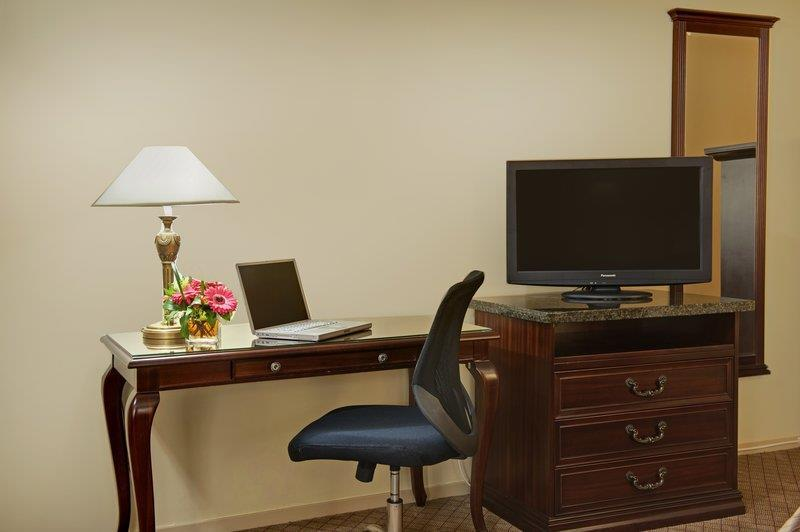 Best Western Bakerview Inn in Abbotsford: Guest Room Desk