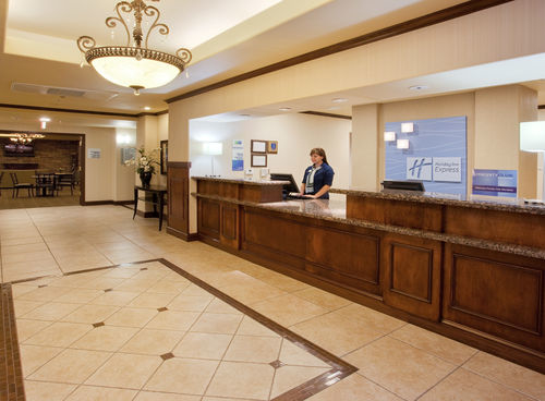 Holiday Inn Express & Suites Dinuba West image 3