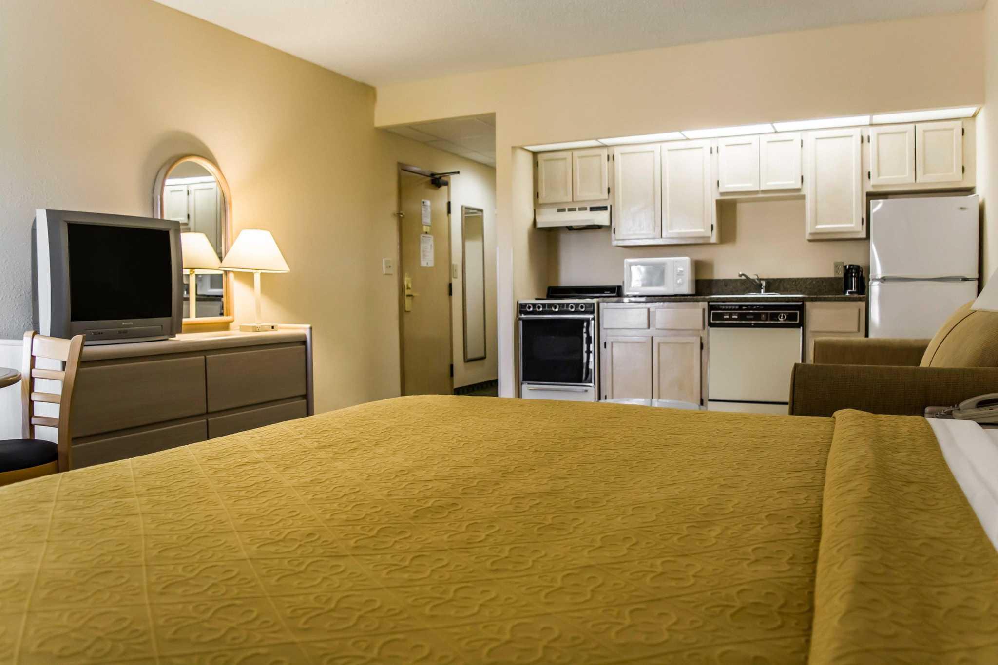 Quality Inn & Suites Golf Resort image 4