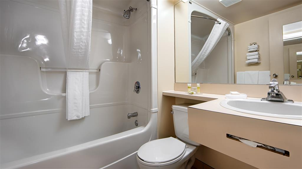 Best Western Hotel Brossard à Brossard: Guest Bathroom