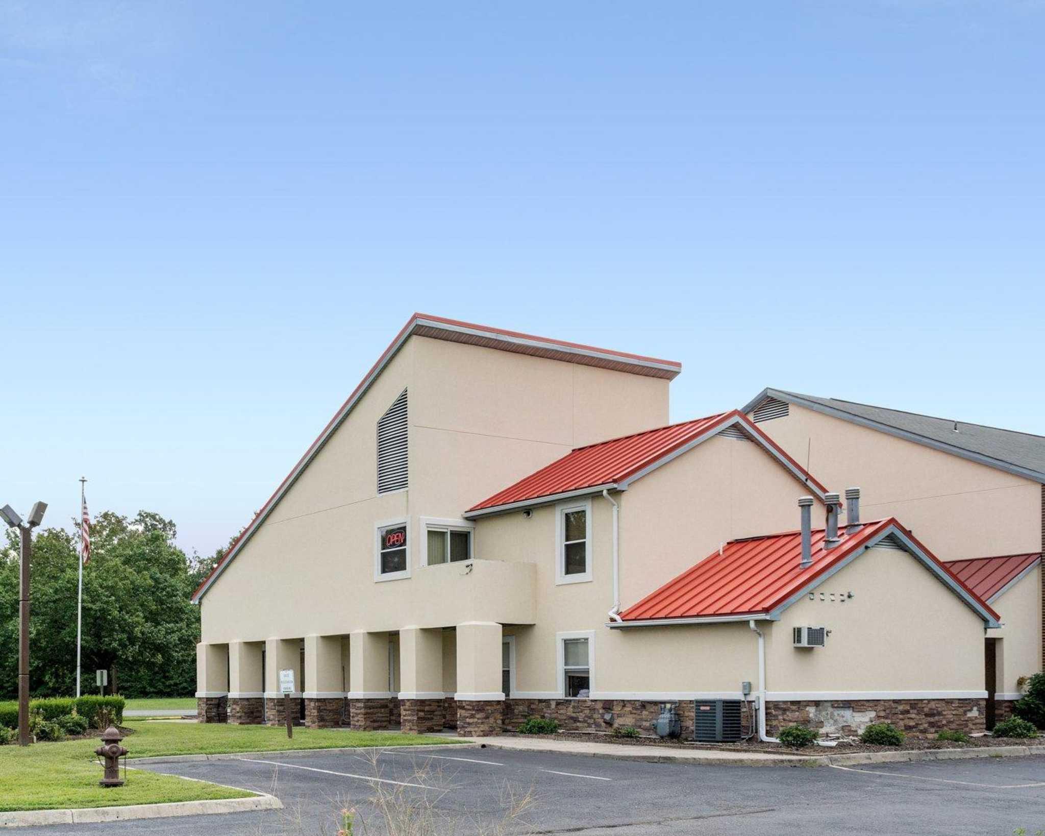 Econo Lodge Inn & Suites Carrollton Smithfield image 2