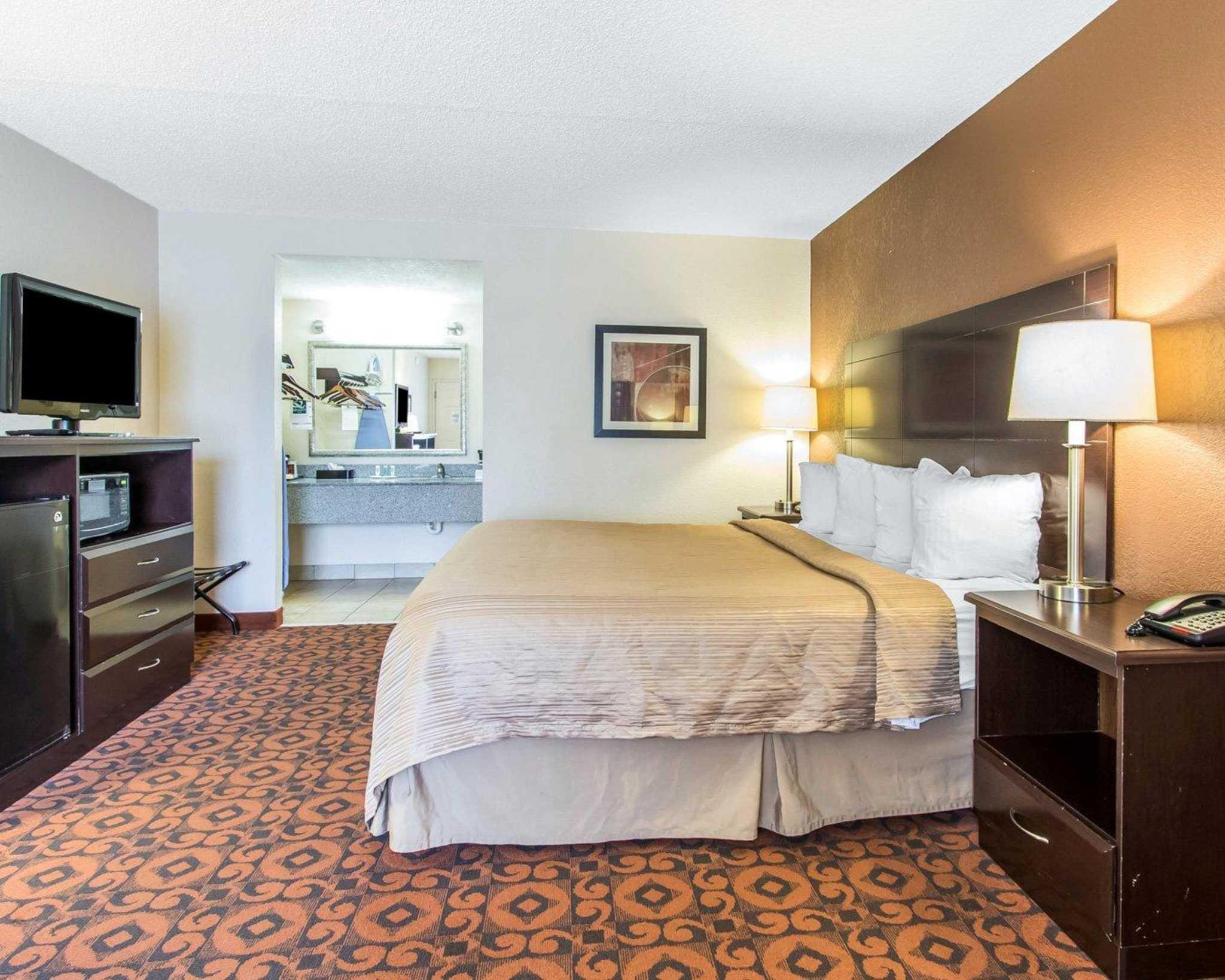 Quality Inn & Suites Fairgrounds West image 4