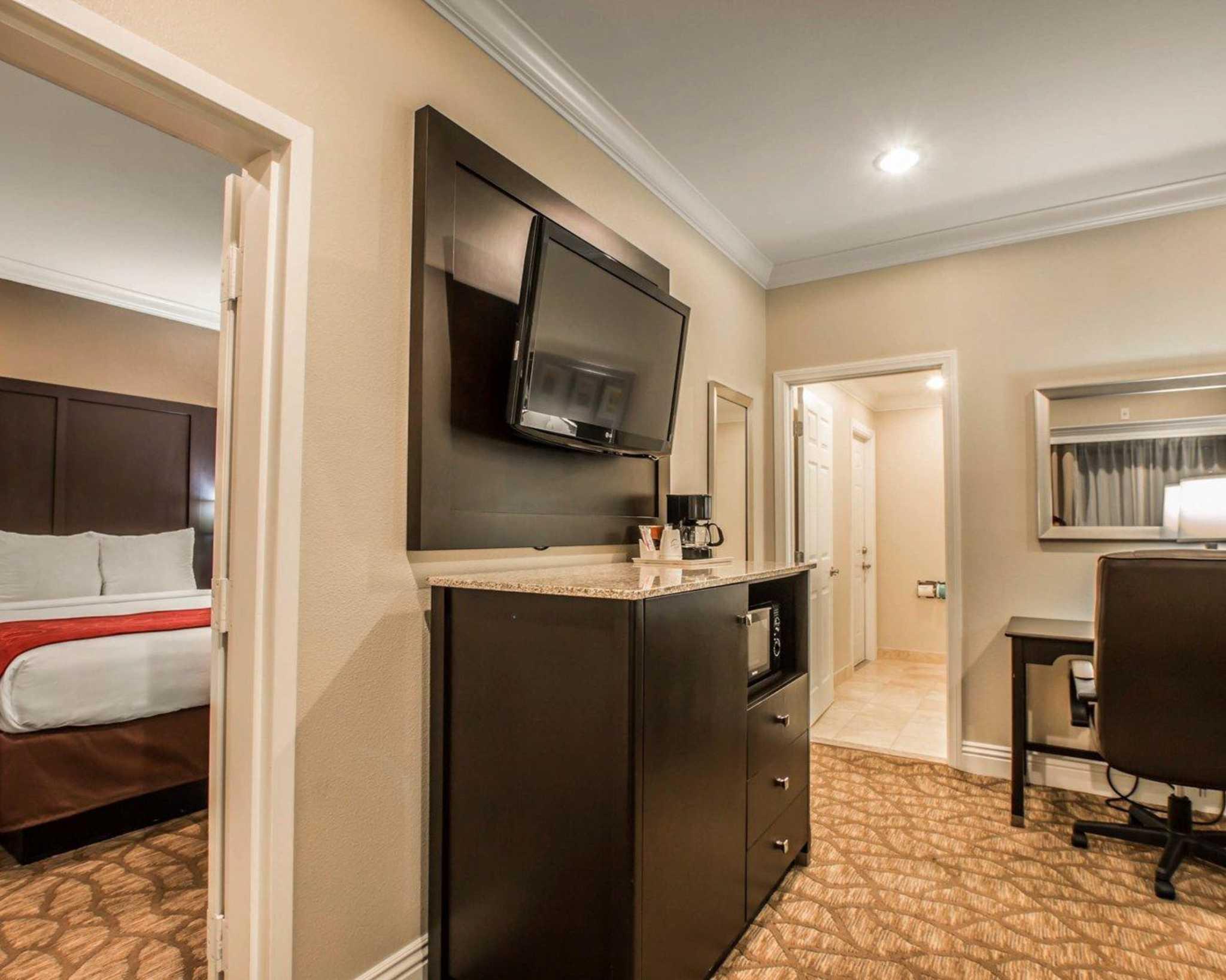 Comfort Suites Huntington Beach image 25
