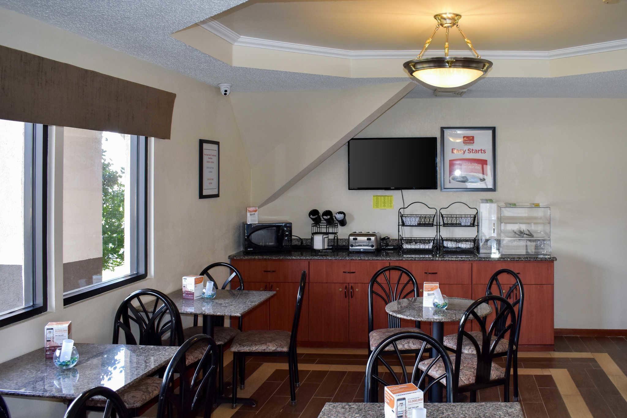 Econo Lodge Inn & Suites - Closed image 24