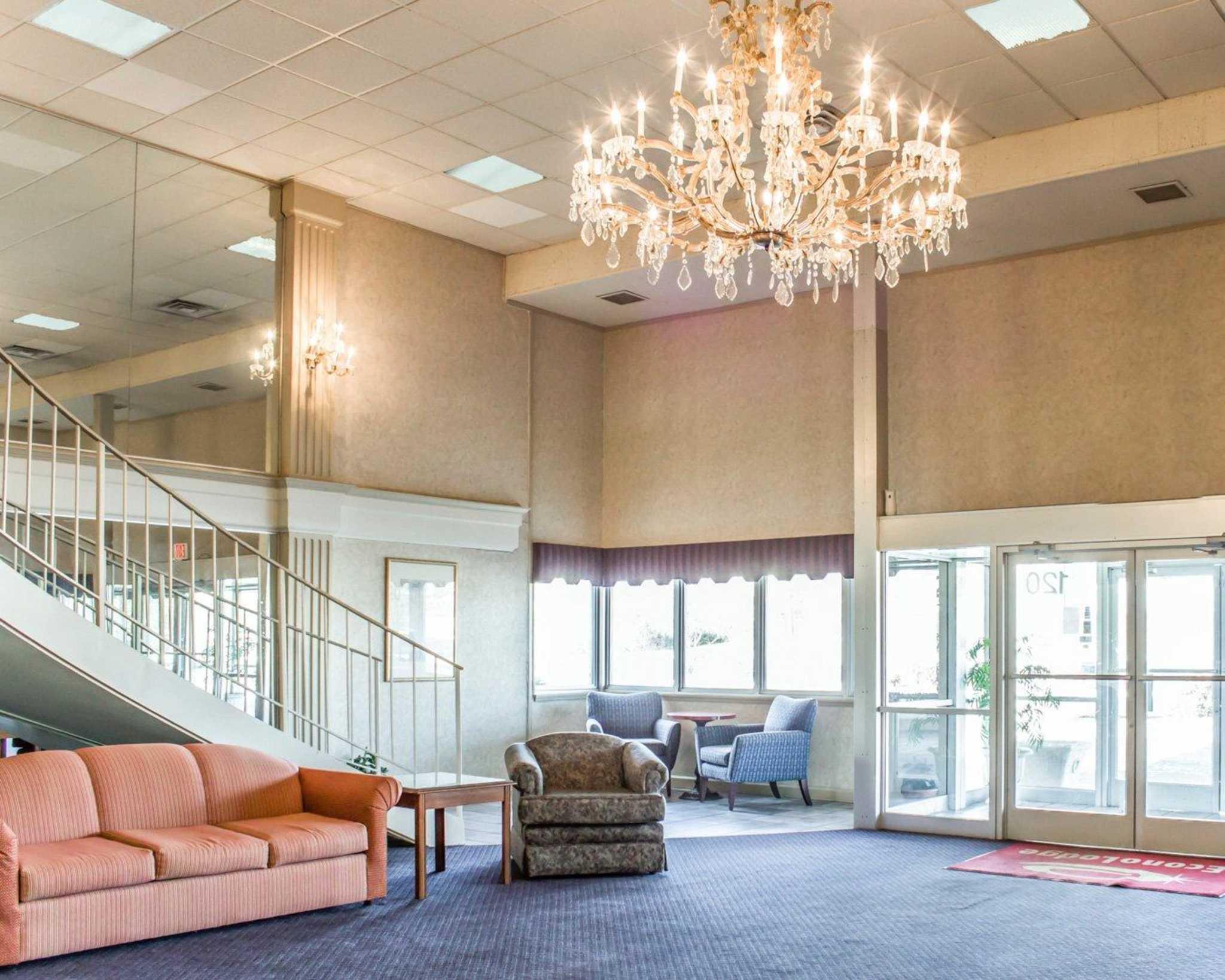 Econo Lodge & Suites image 17