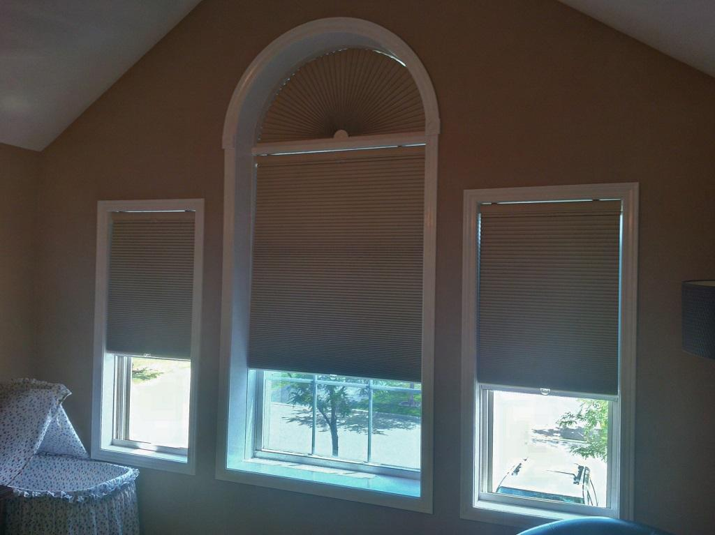 Budget Blinds à Waterloo: If a client tell us, as this Waterloo customer did, that they want their bedroom to be as dark as possible one of the options we always present is cellular shades. When done in a room-darkening fabric, the only light that will enter the room is a very small sliver of light around the edges of the shade. When done in cordless these are a fantastic solution for kids bedrooms.
