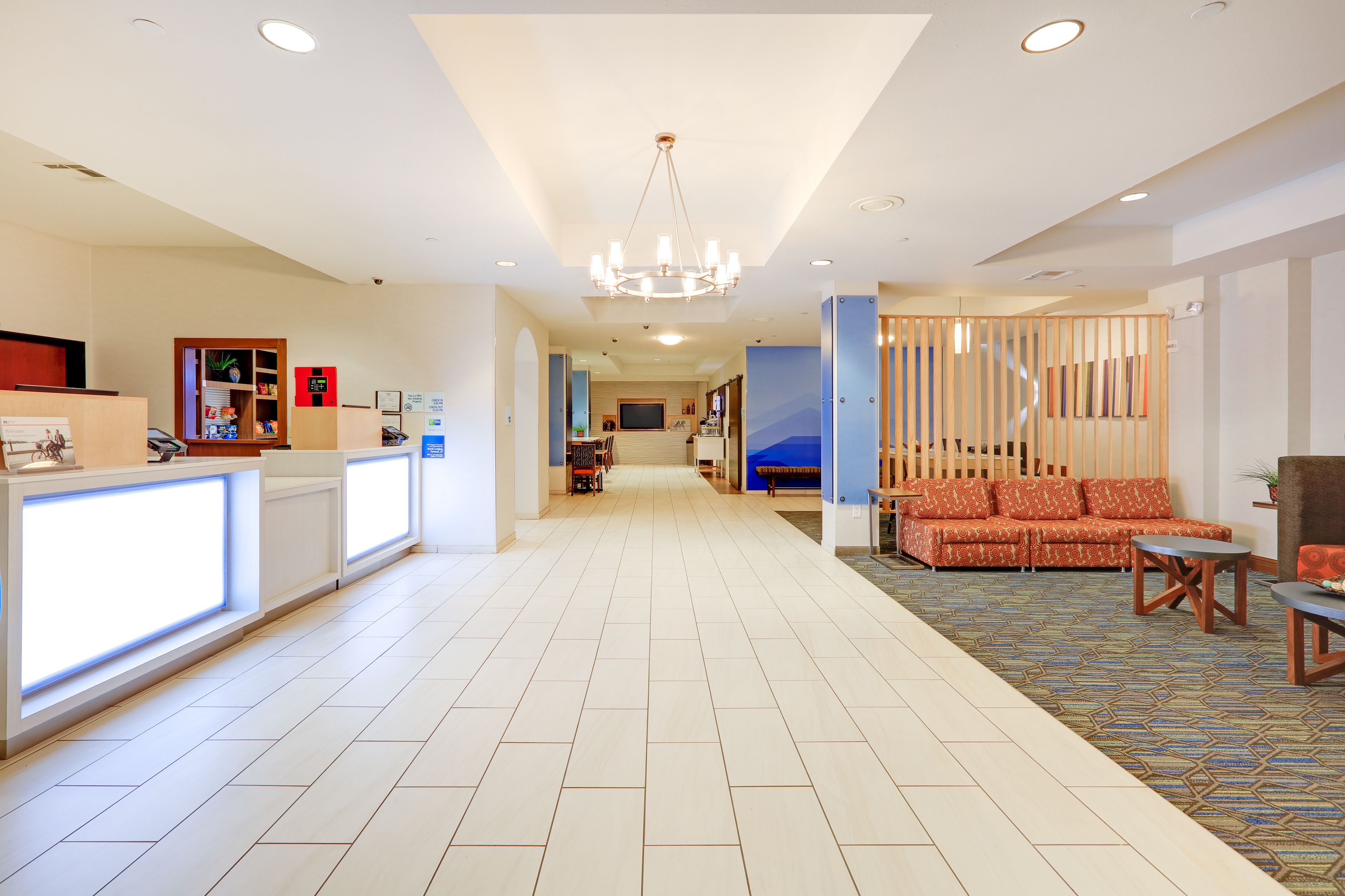 Holiday Inn Express & Suites Burleson/Ft. Worth image 3