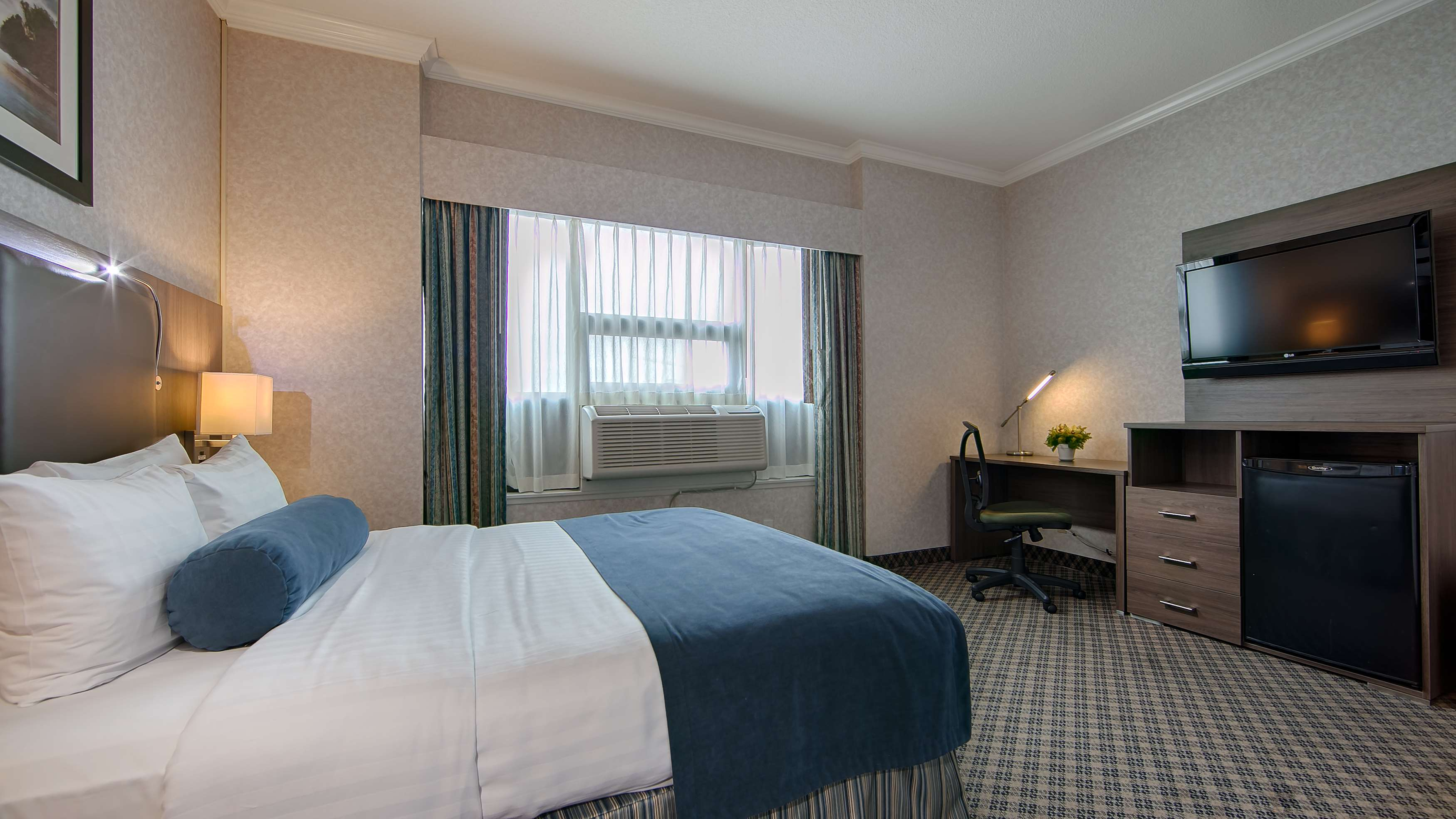 Best Western Plus Carlton Plaza Hotel in Victoria: Traditional King Guest Room