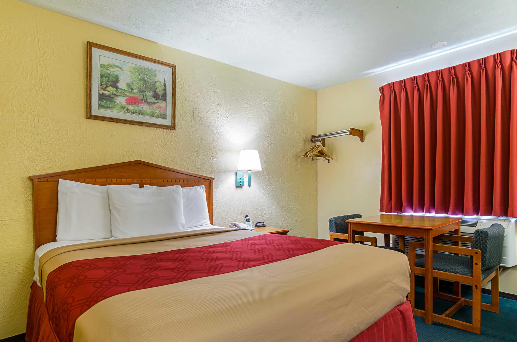 Econo Lodge Lansing - Leavenworth image 8