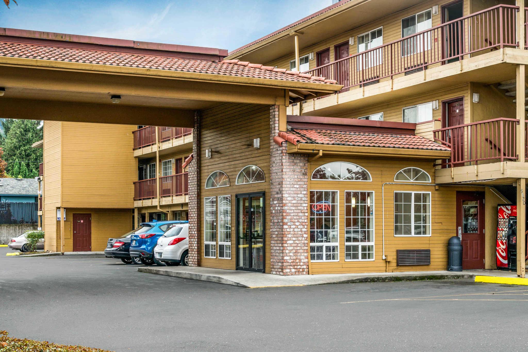 Econo Lodge at Port of Portland image 4