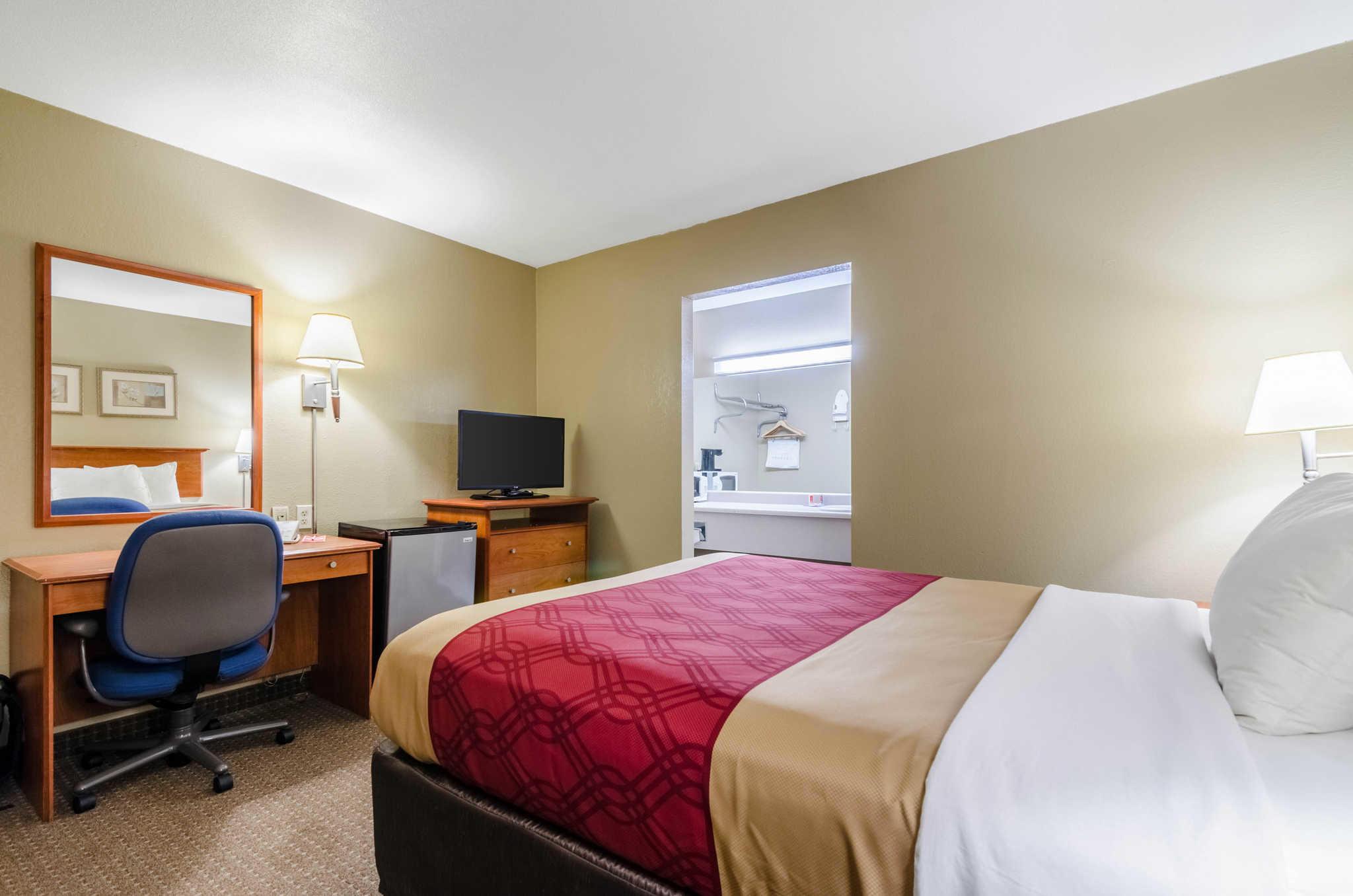 Econo Lodge  Inn & Suites I-35 at Shawnee Mission image 27