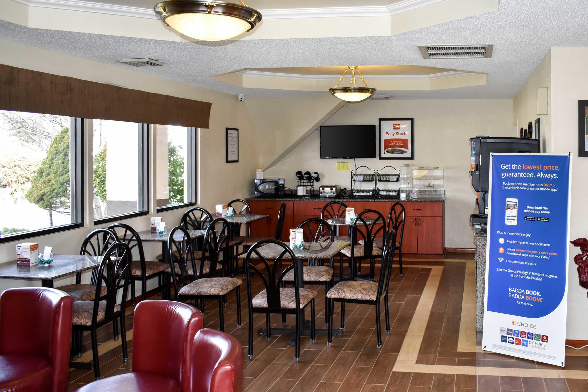 Econo Lodge Inn & Suites - Closed image 23