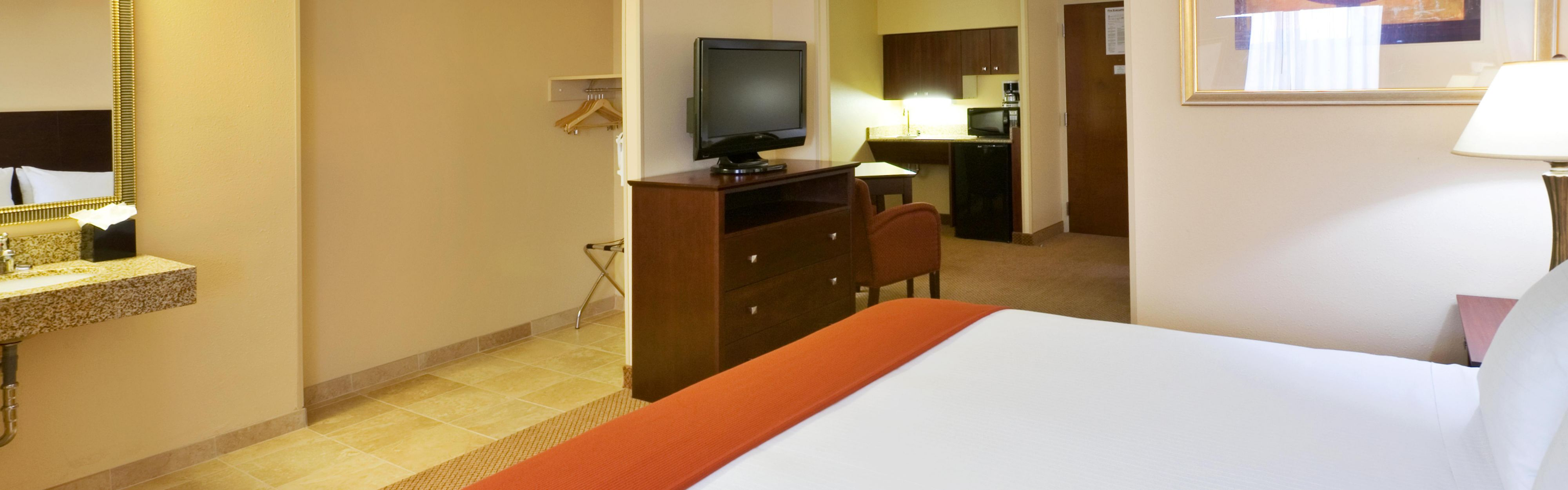 Holiday Inn Express & Suites Irving Conv Ctr - Las Colinas image 1