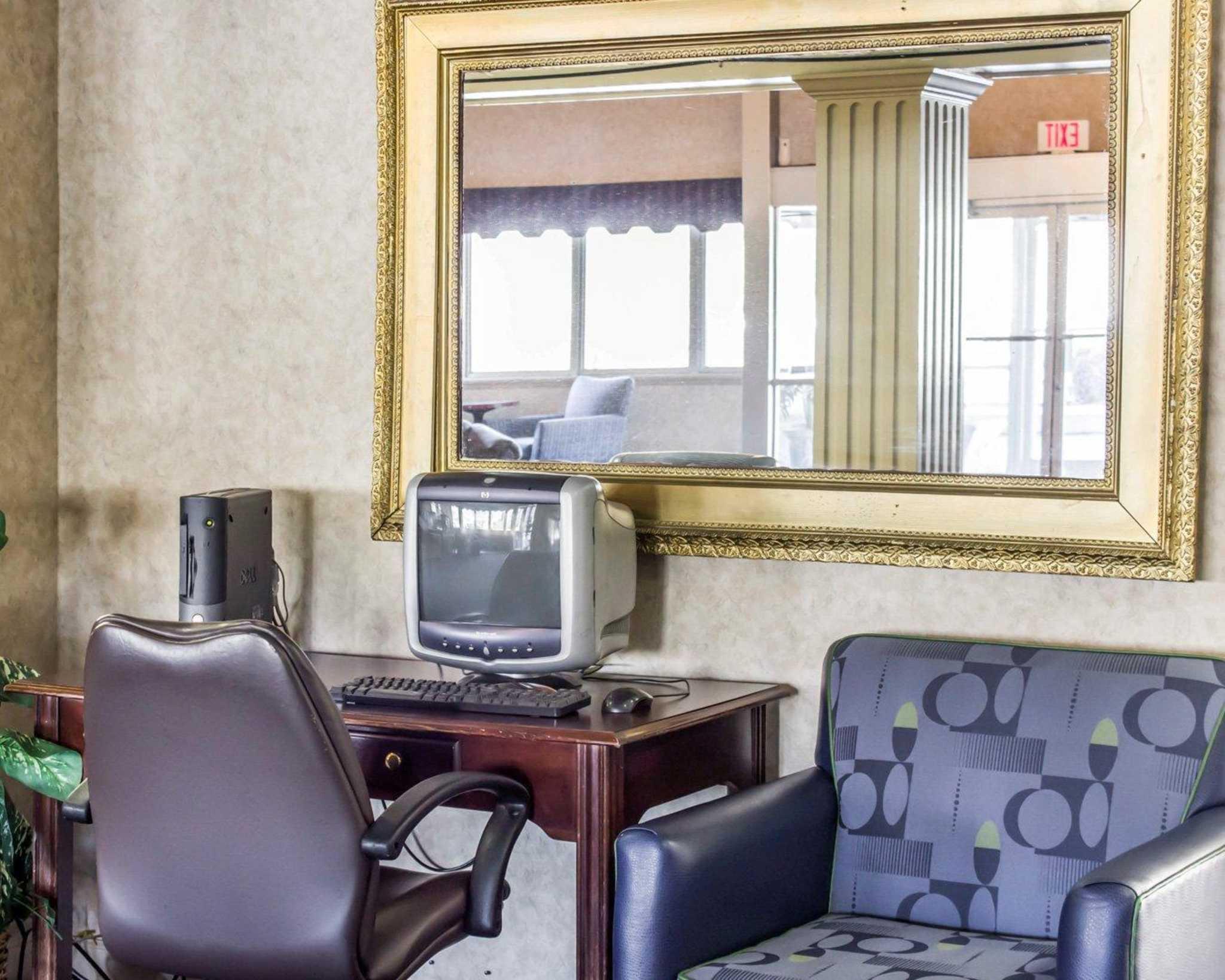 Econo Lodge & Suites image 31