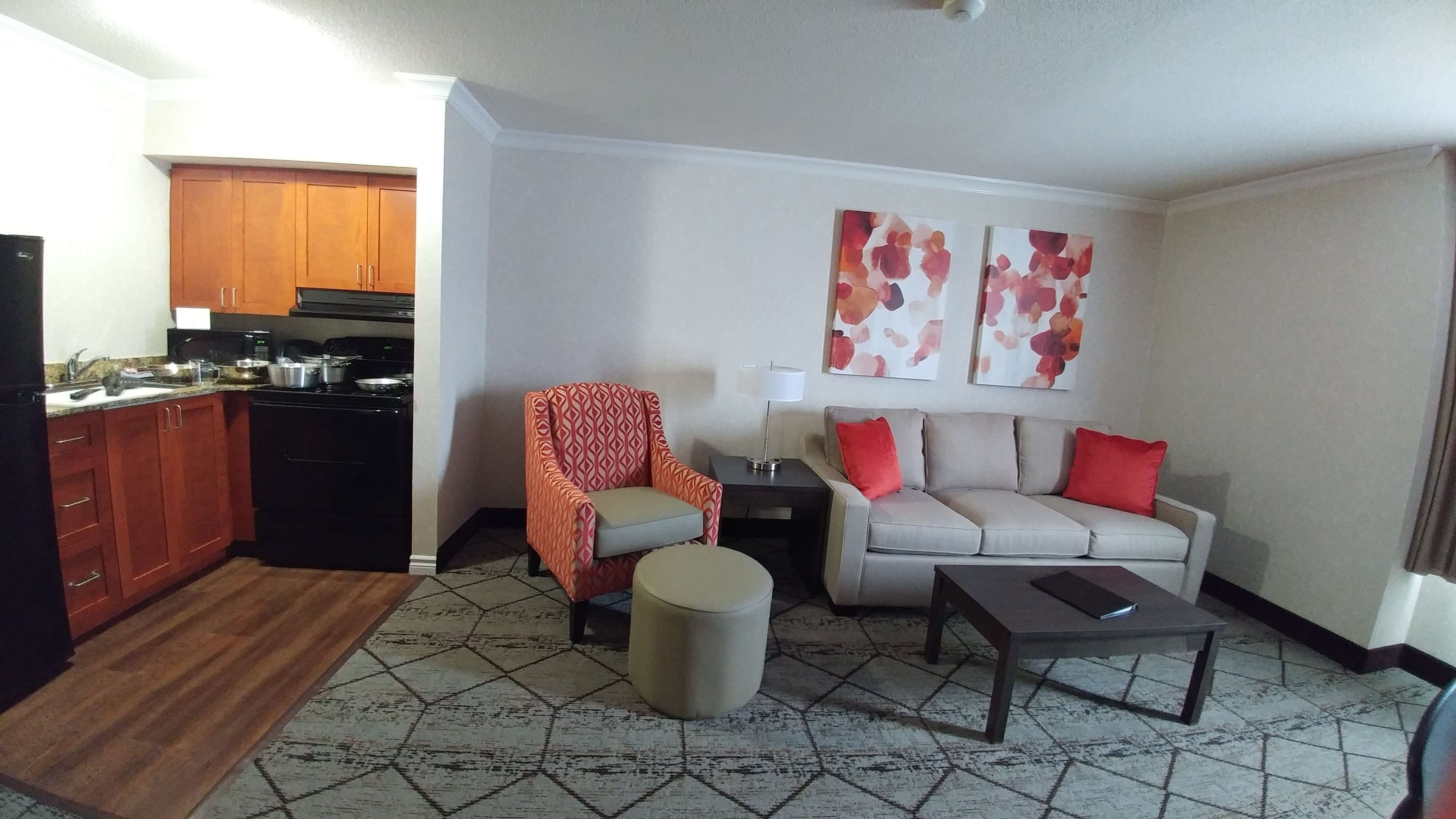 Best Western Plus Rose City Suites in Welland: Living room & kitchen area