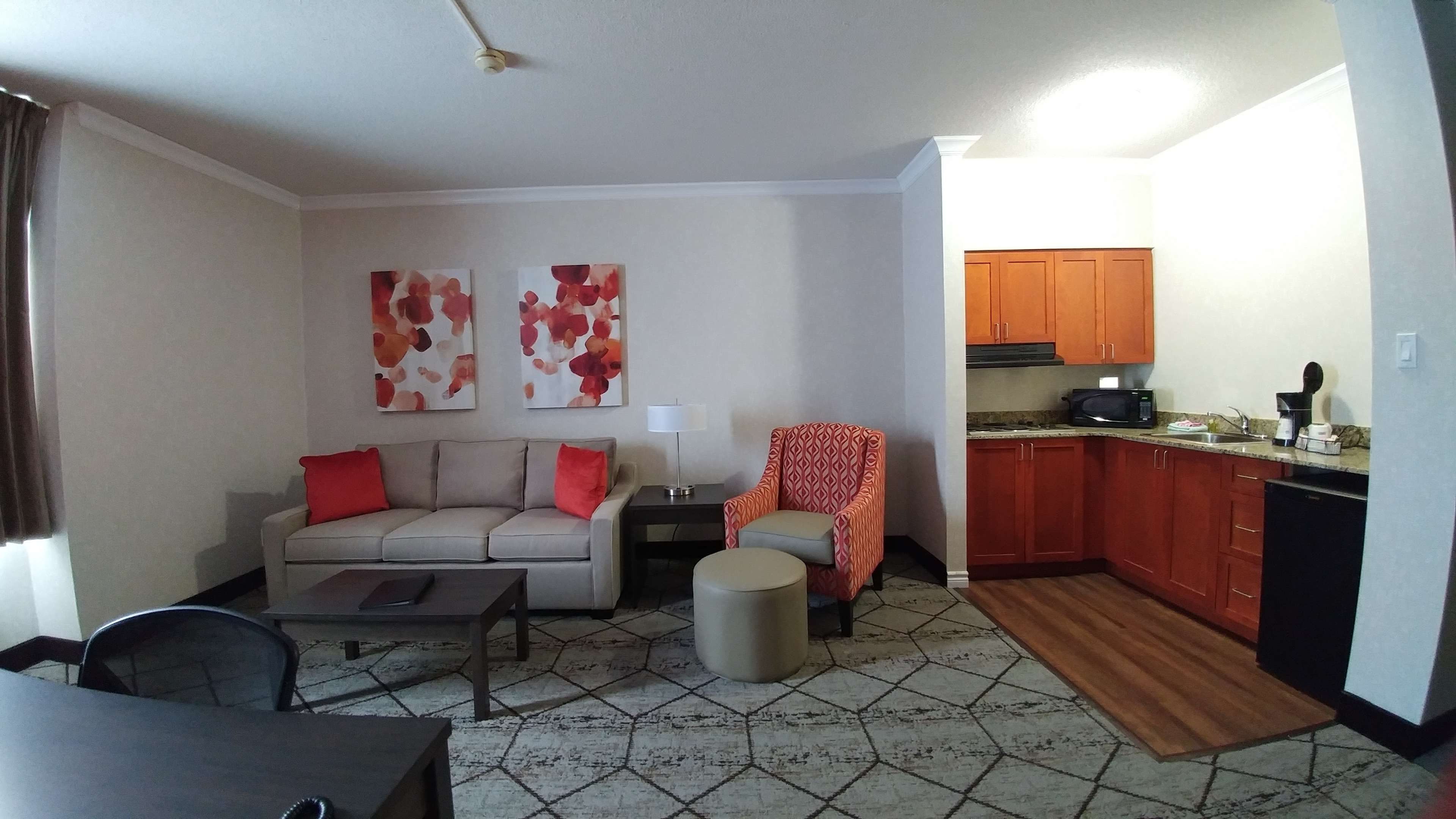 Best Western Plus Rose City Suites in Welland: Kitchenette next to living room