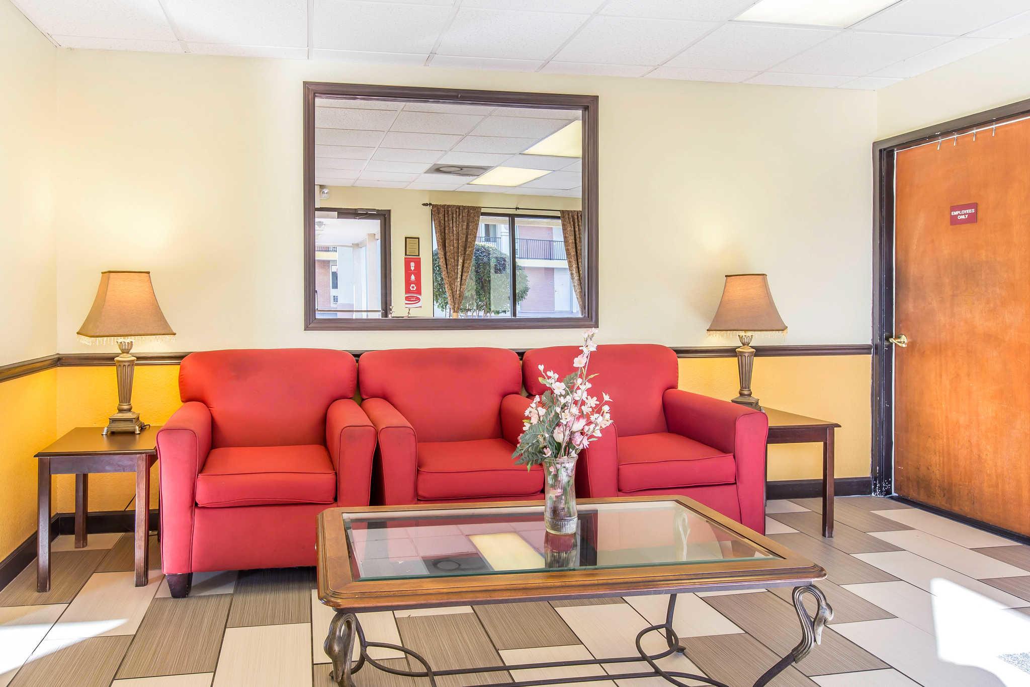 Econo Lodge Inn & Suites image 4