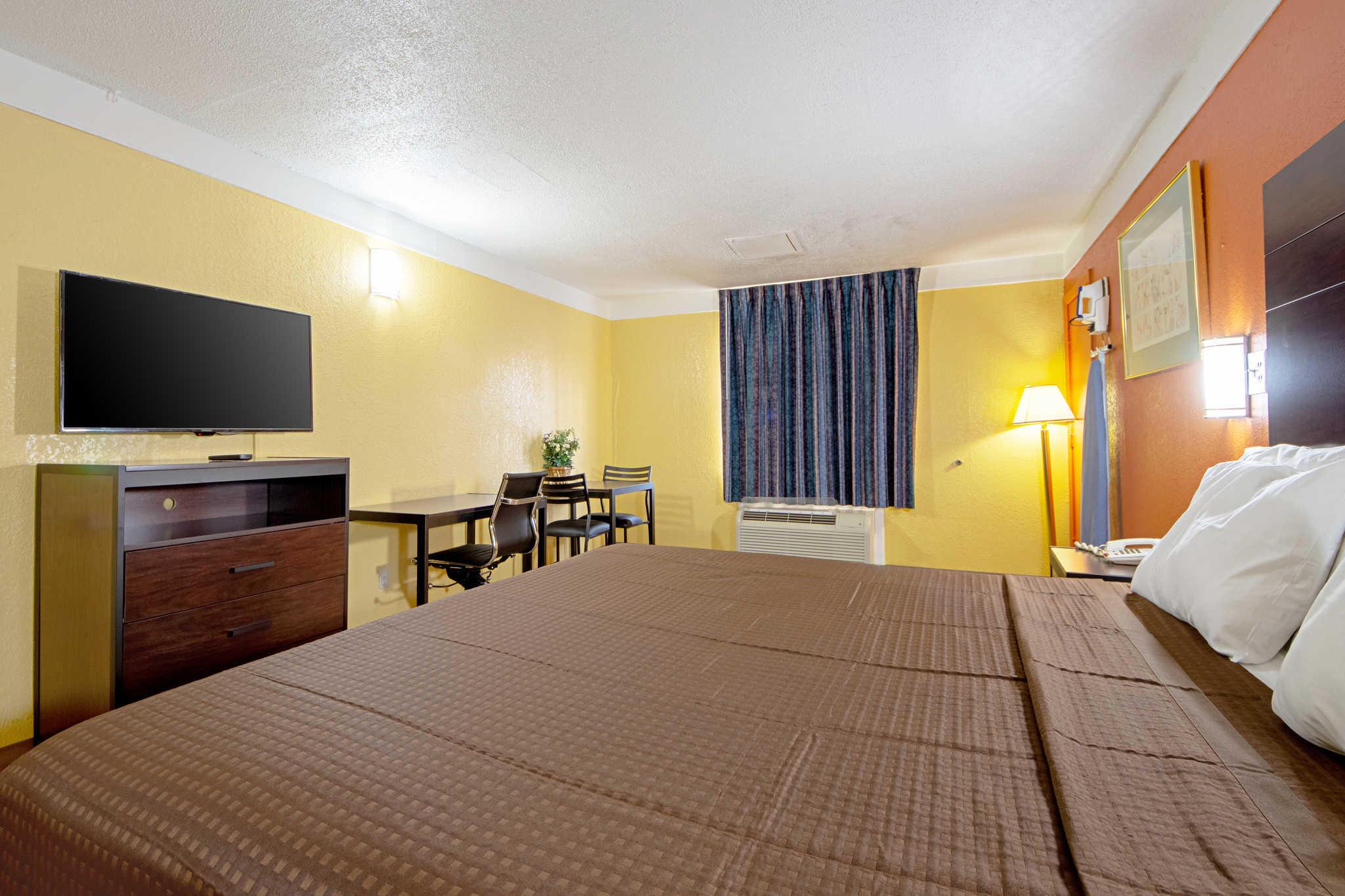 Rodeway Inn & Suites image 14