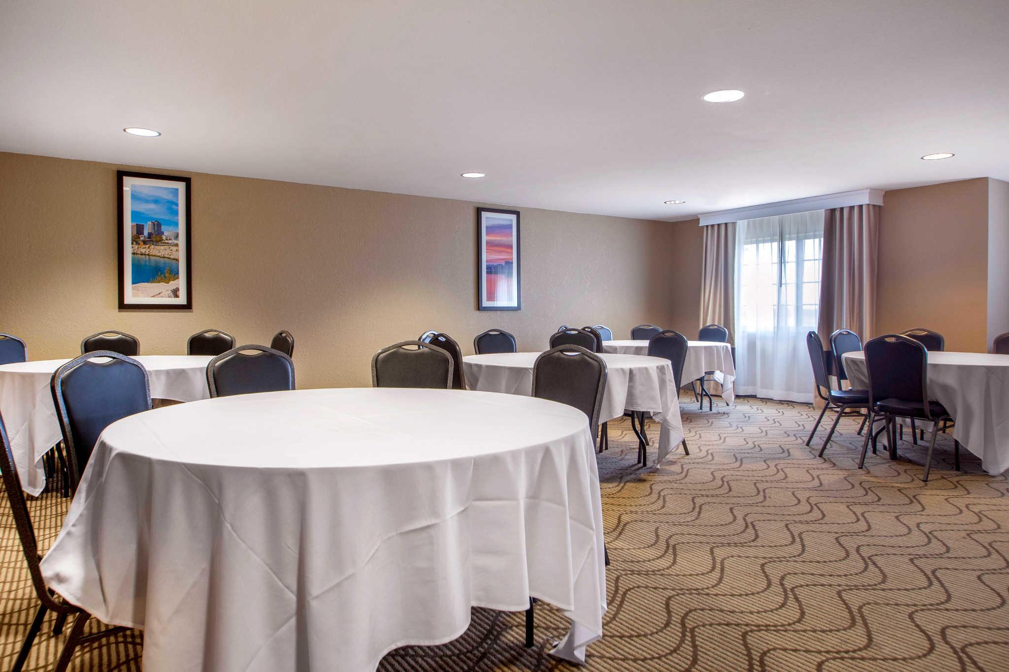 Comfort Suites Johnson Creek Conference Center image 33