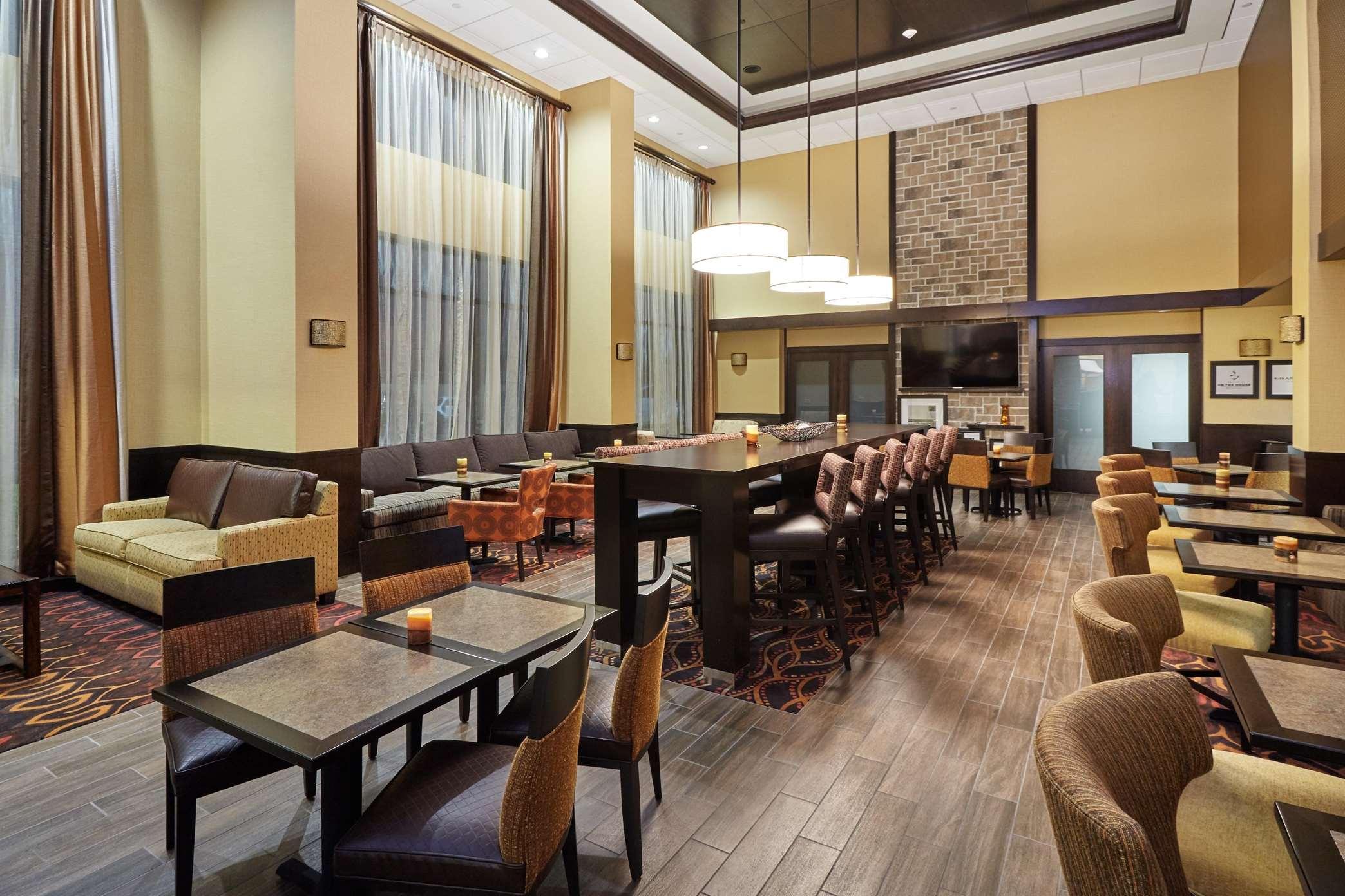 Hampton Inn & Suites Milwaukee/Franklin image 1
