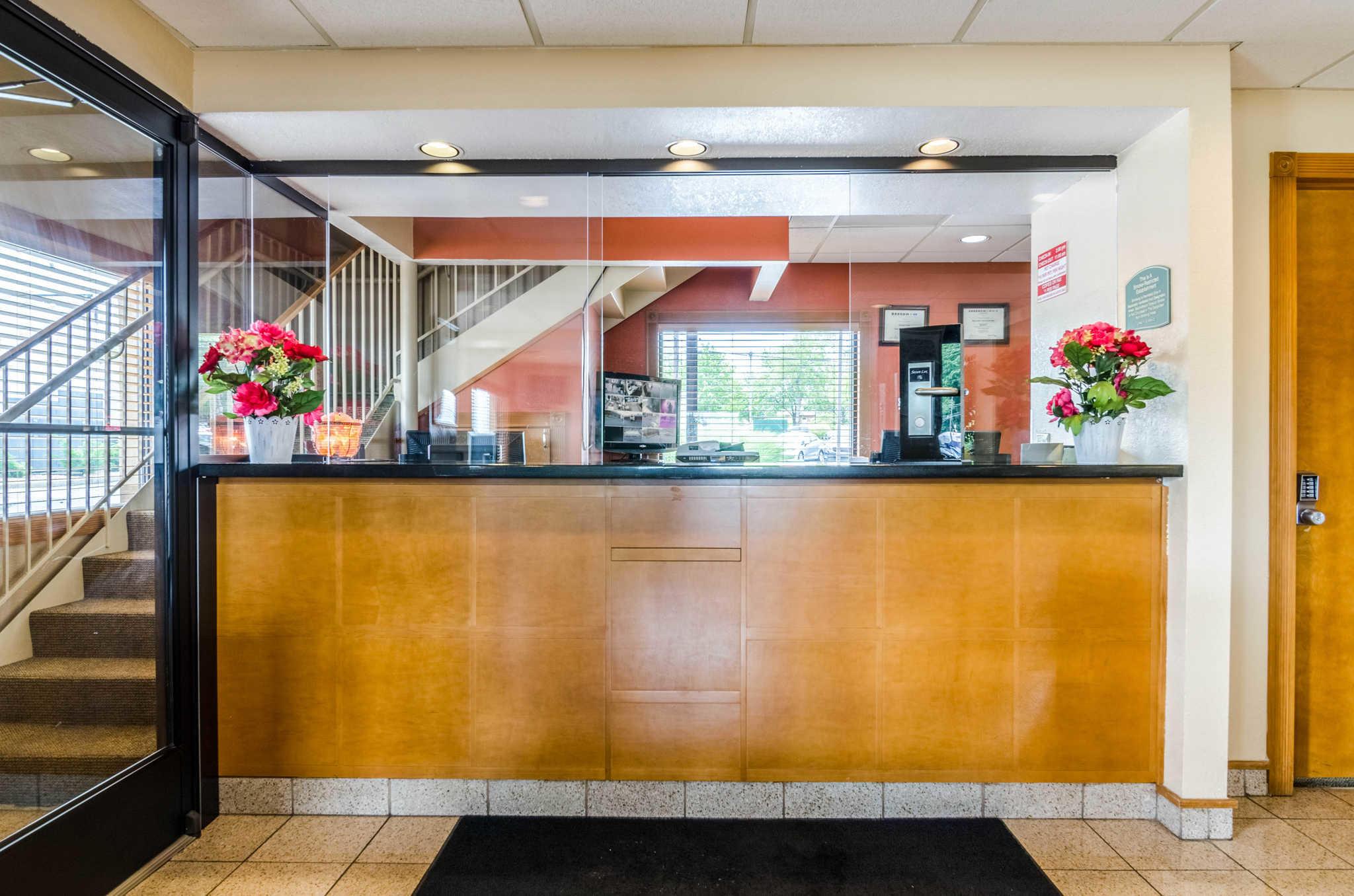 Econo Lodge  Inn & Suites I-35 at Shawnee Mission image 4
