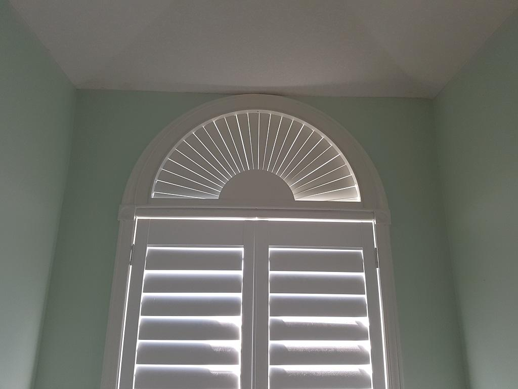 Budget Blinds à Waterloo: Picture here above a shutter, a faux wood arch is often the most economical choice for covering an arch.