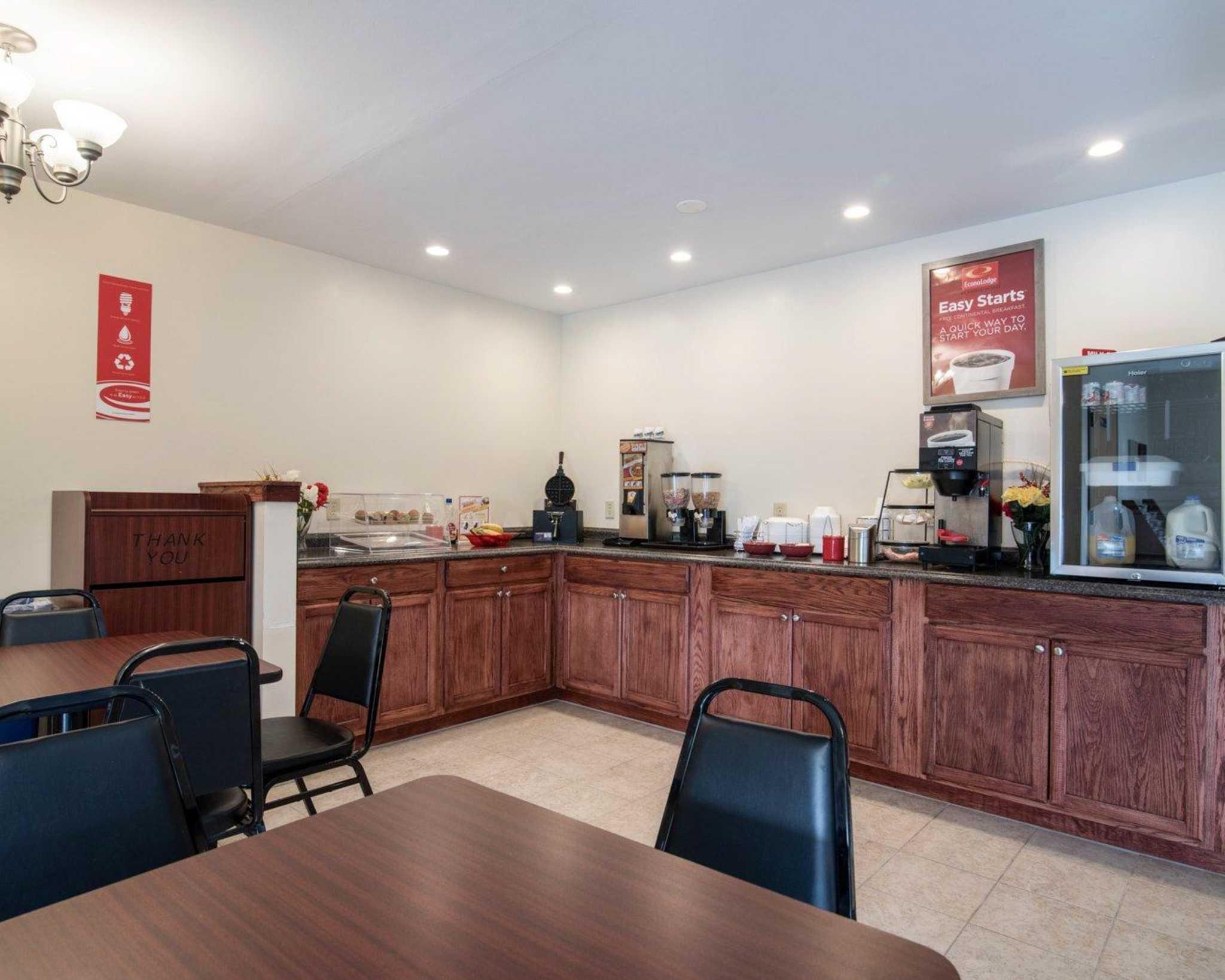 Econo Lodge Inn & Suites image 24