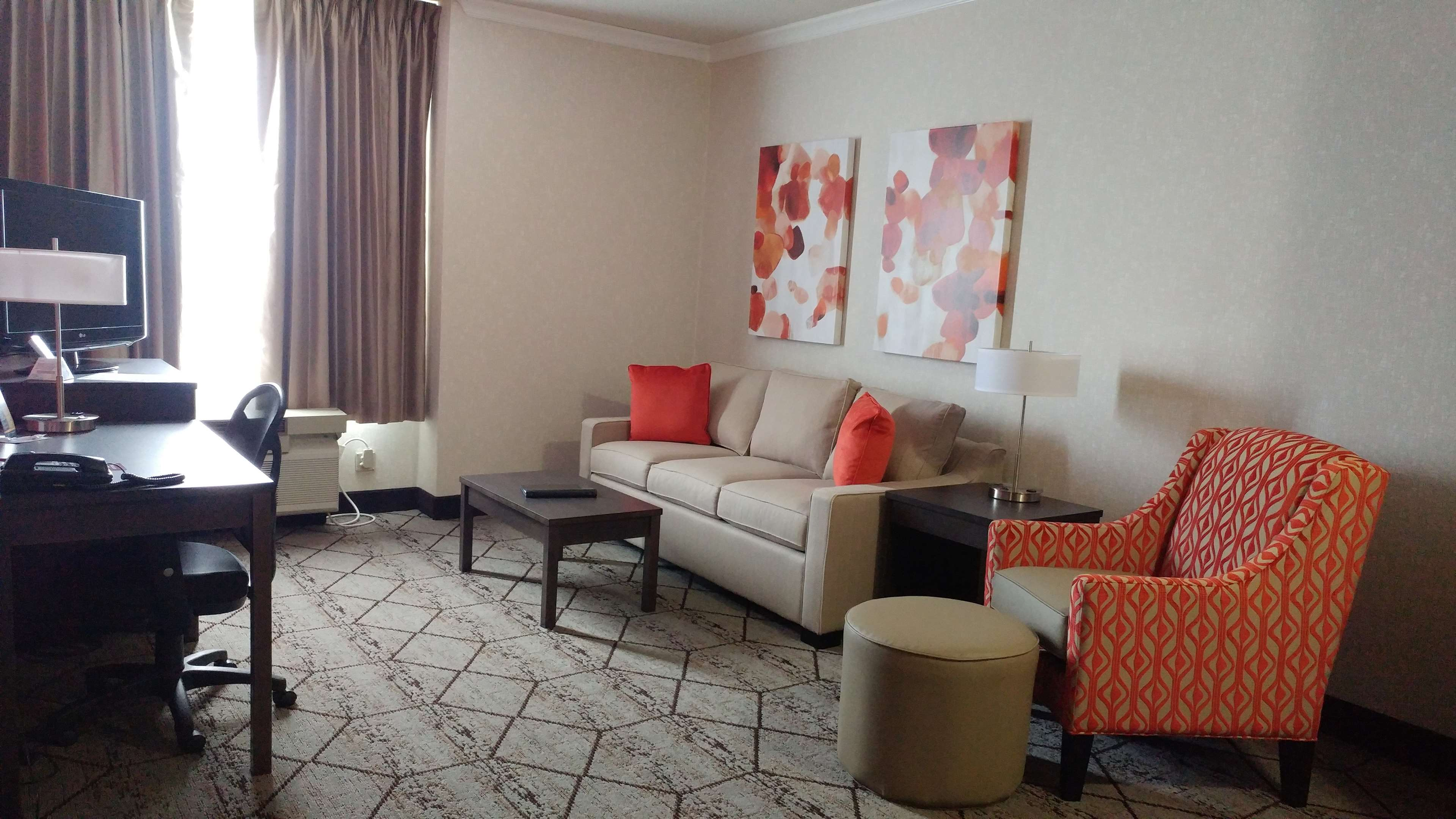 Best Western Plus Rose City Suites in Welland: Suite Living Room