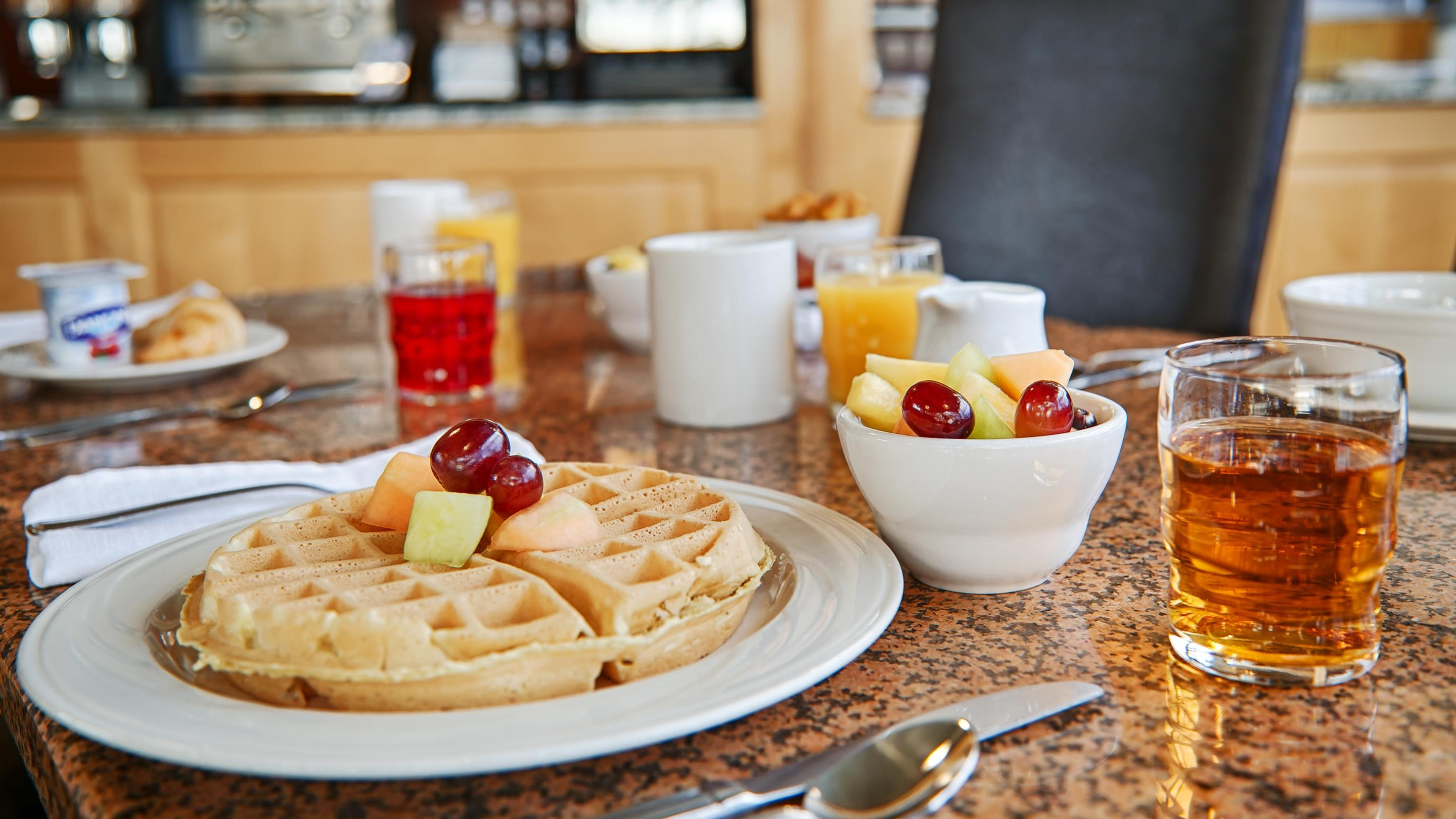 Best Western Plus Kelowna Hotel & Suites in Kelowna: Breakfast Area