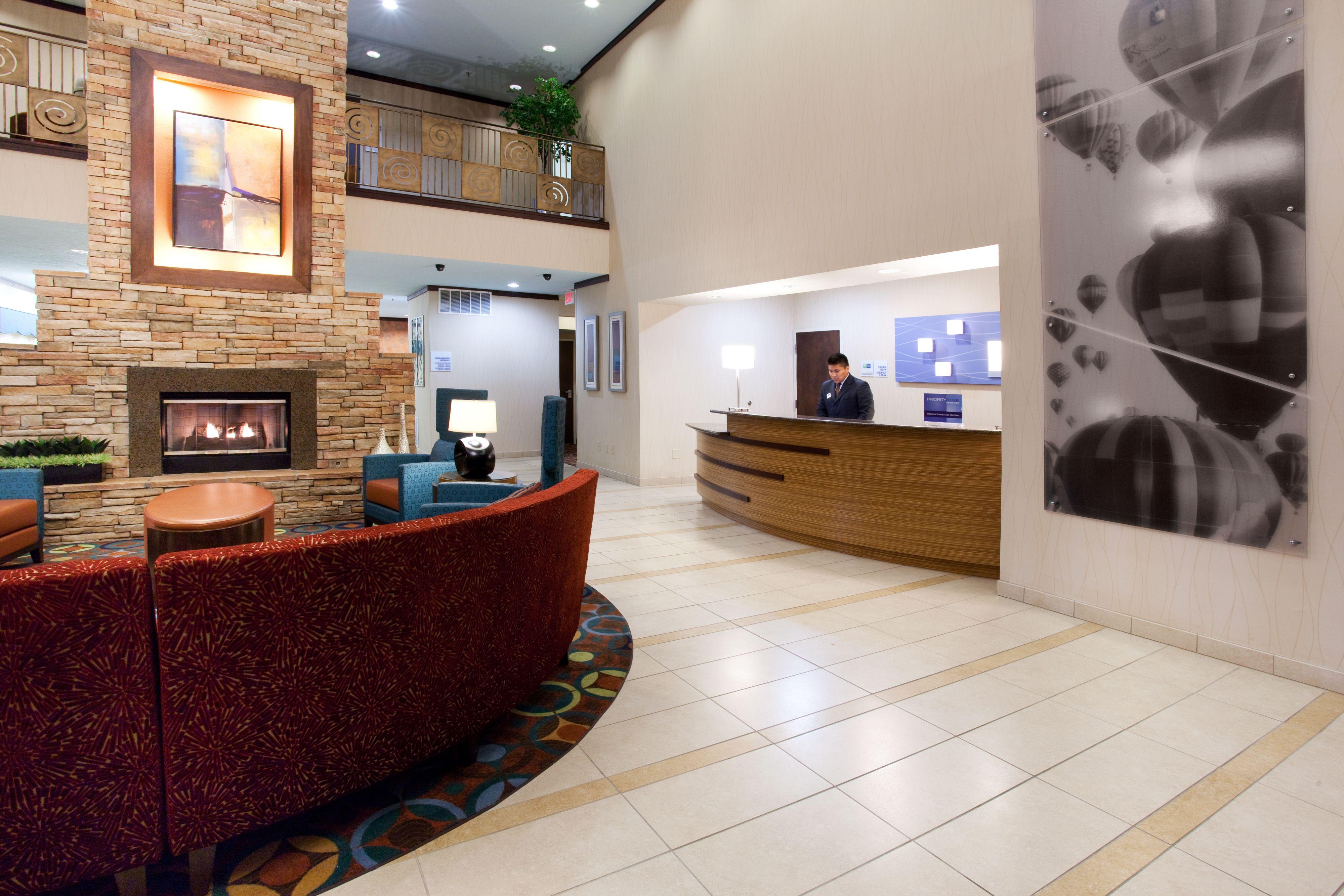 Holiday Inn Express & Suites Albuquerque-N. Balloon Fsta Pk image 3