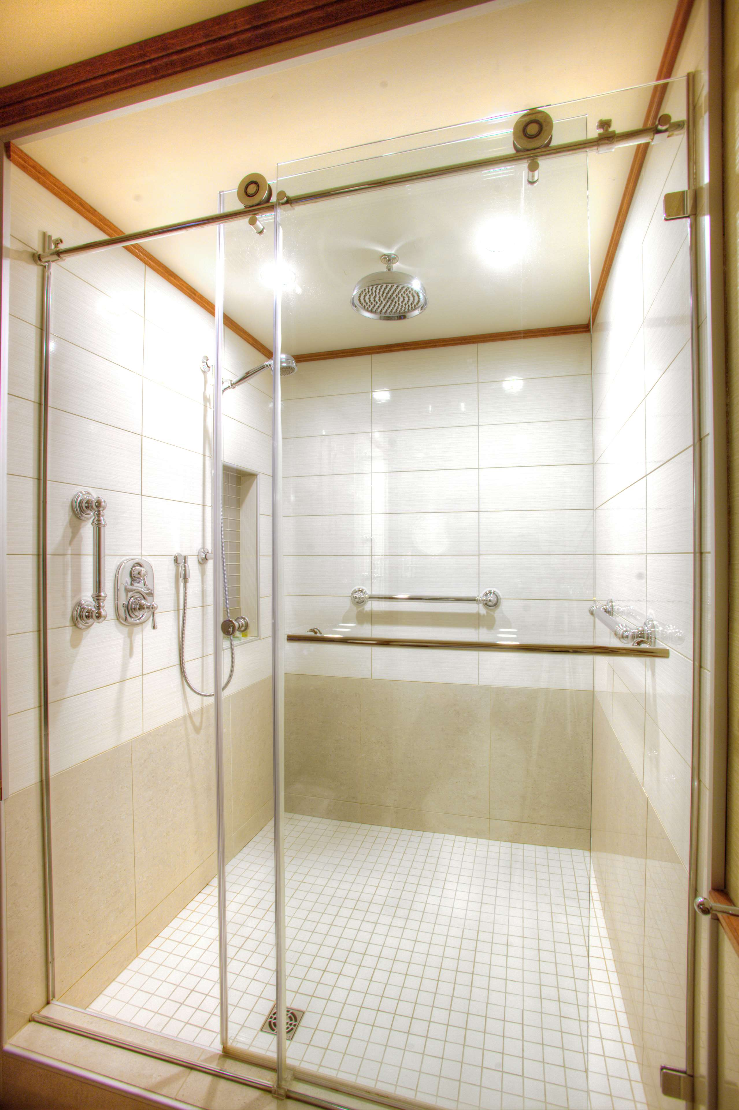 Best Western Plus City Centre/Centre-Ville à Quebec: Deluxe Guest Bathroom Shower
