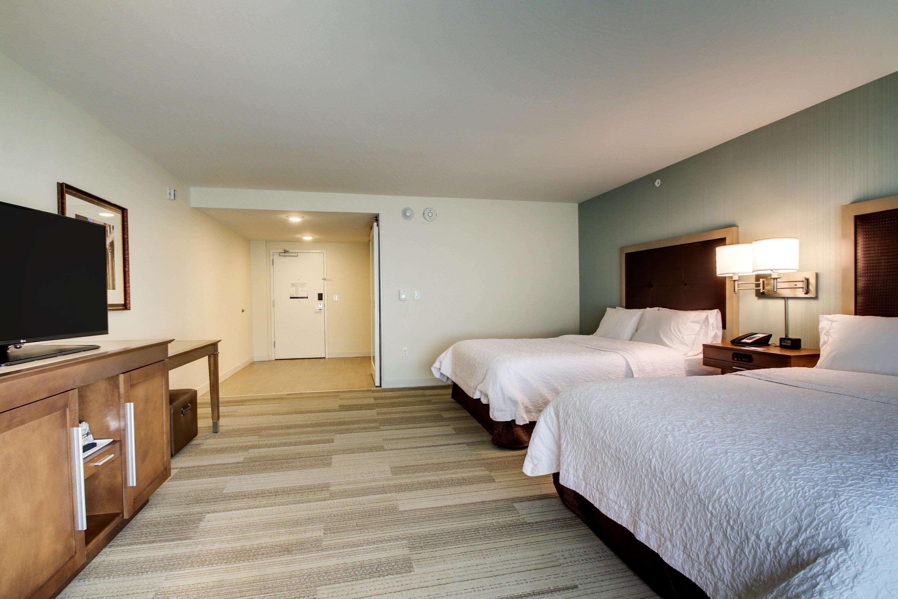Hampton Inn & Suites Milwaukee West image 2