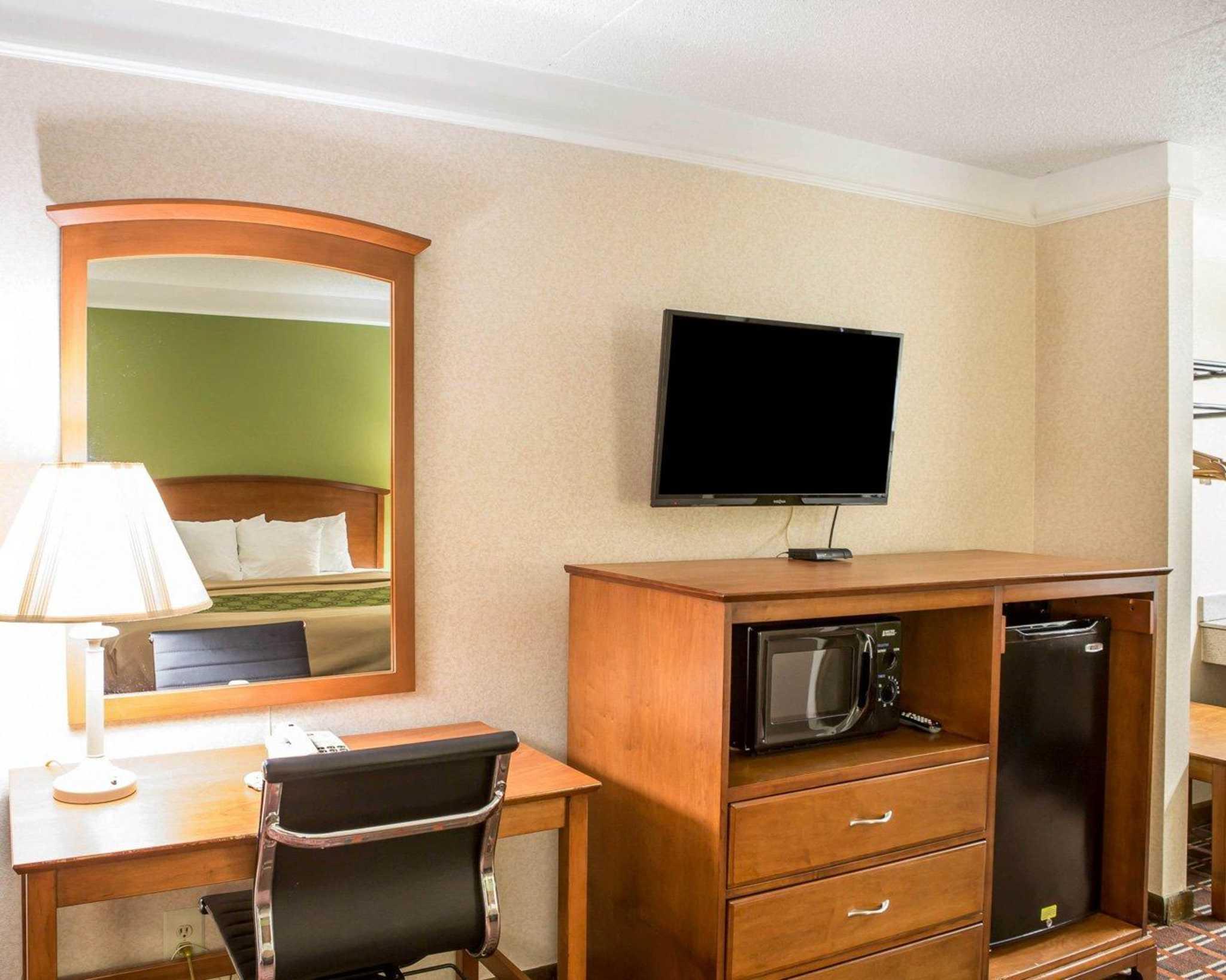 Econo Lodge North image 9