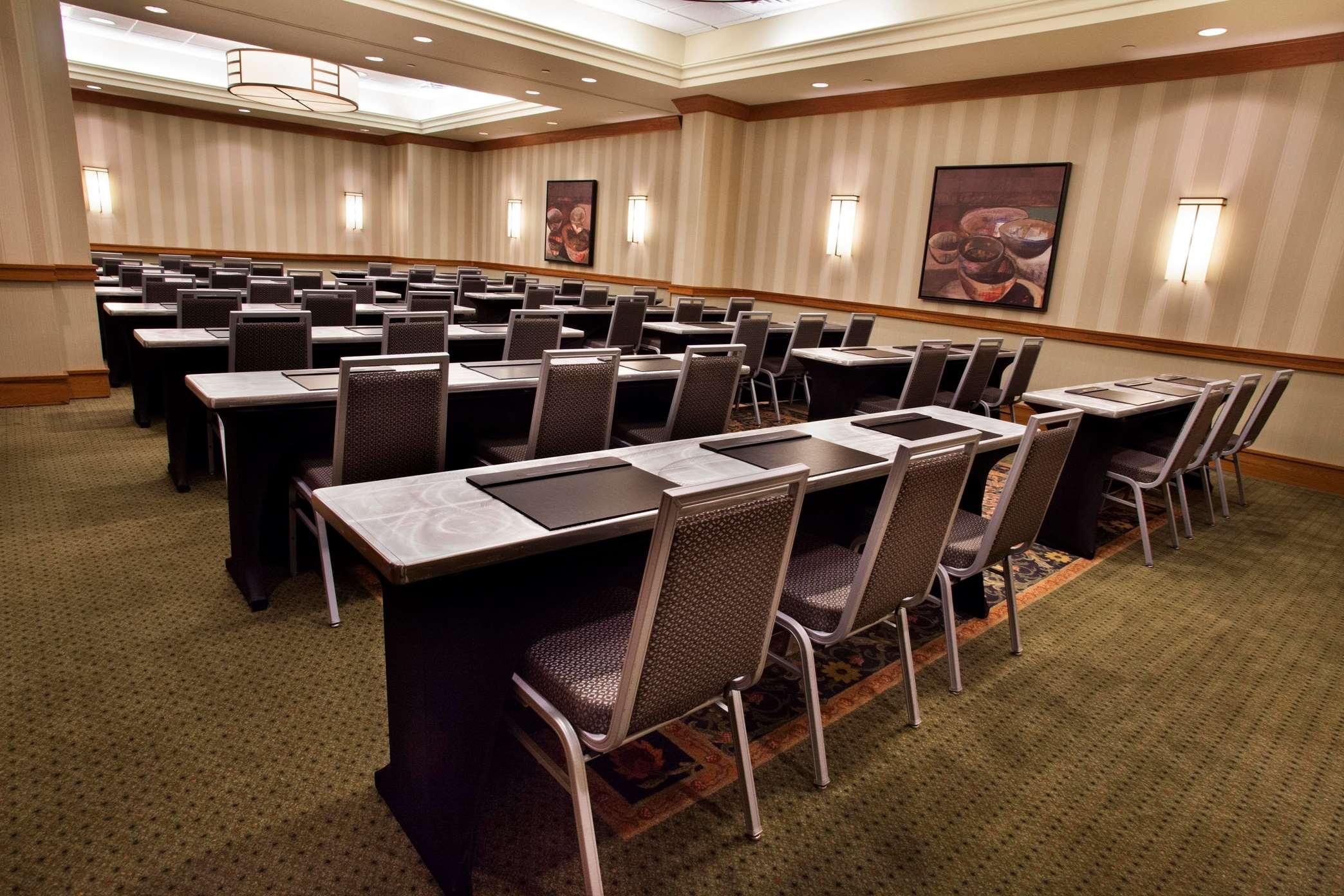 Hilton Chicago/Oak Brook Suites image 12