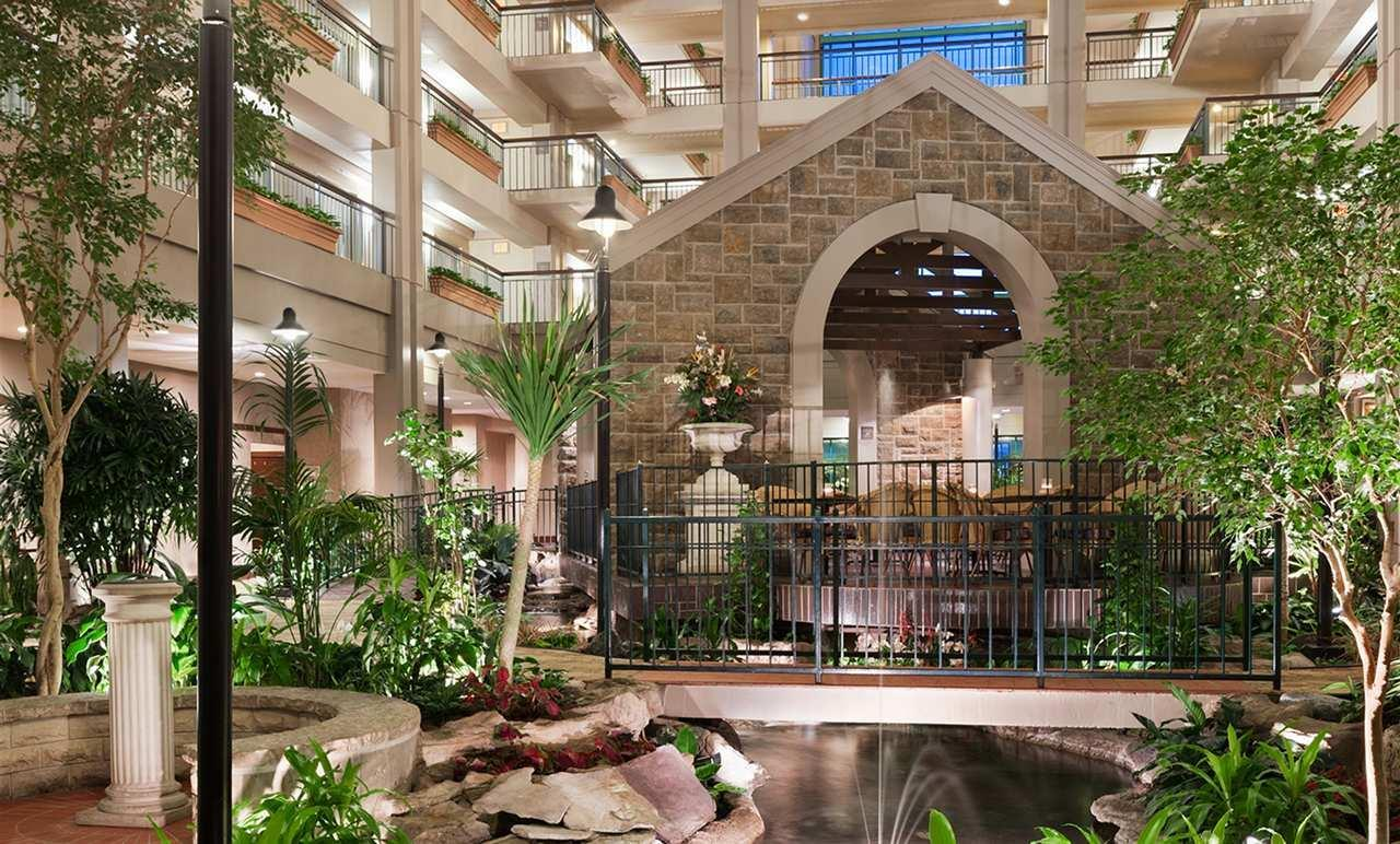 Embassy Suites by Hilton Chicago Lombard Oak Brook image 3