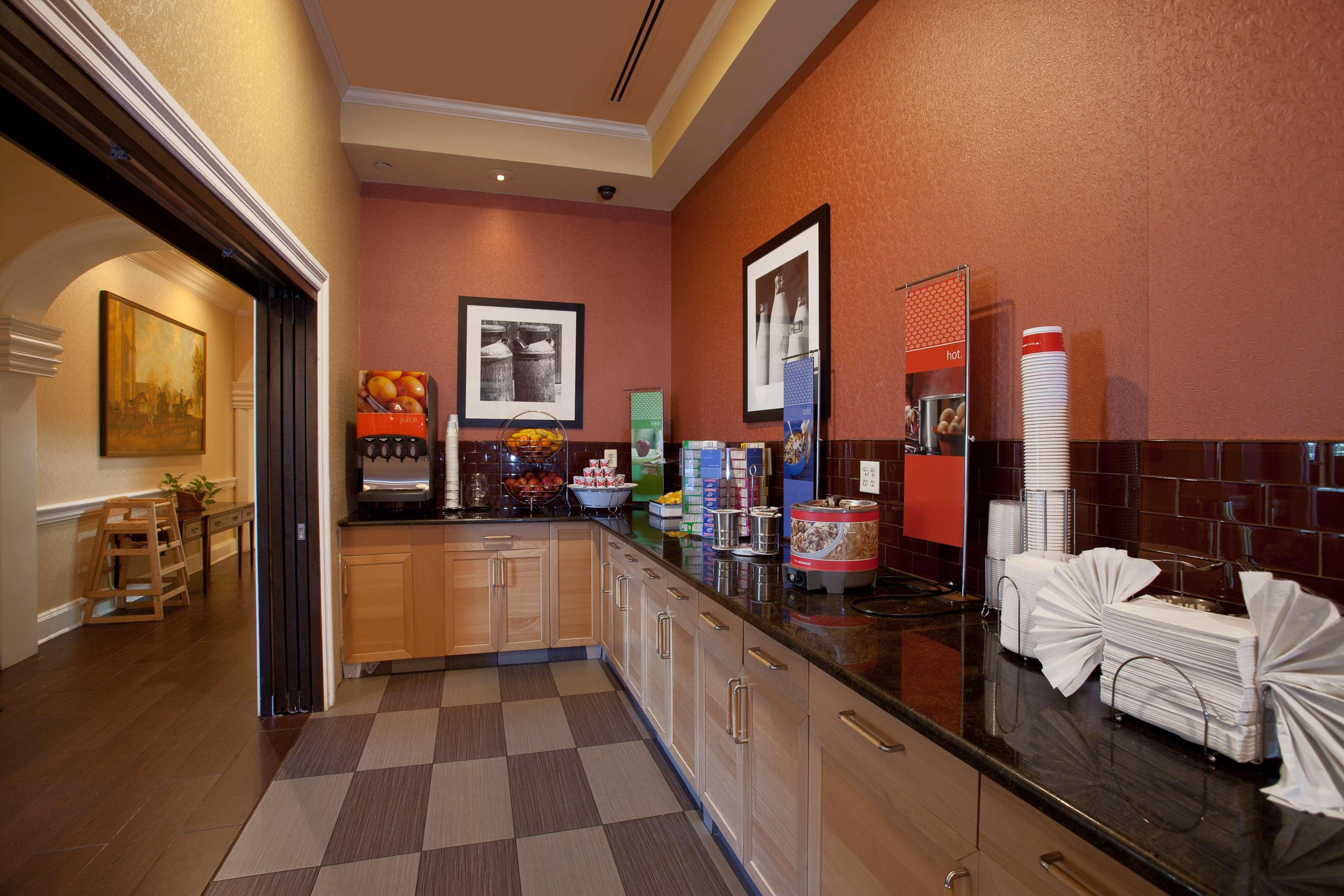 Hampton Inn & Suites Stamford image 13