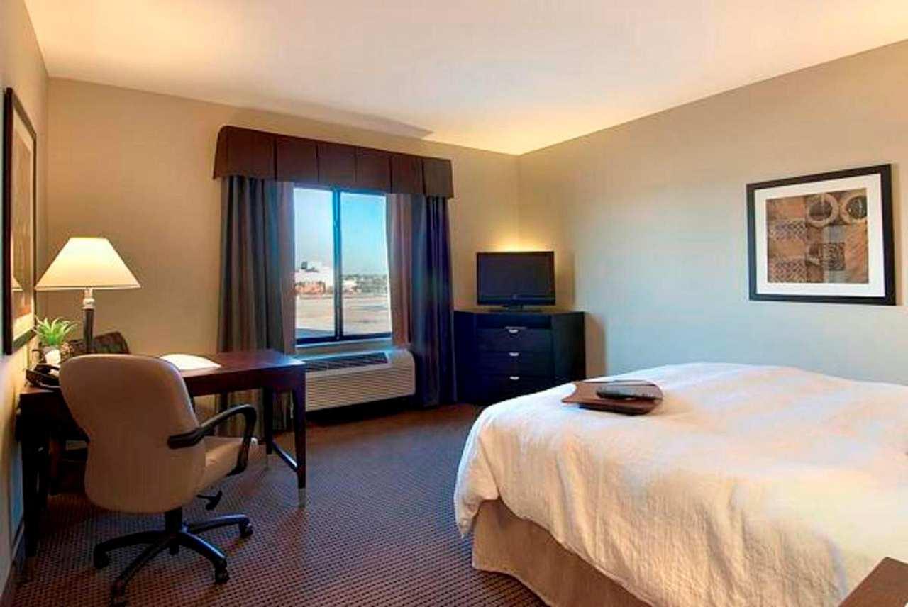 Hampton Inn & Suites Phoenix Glendale-Westgate image 2