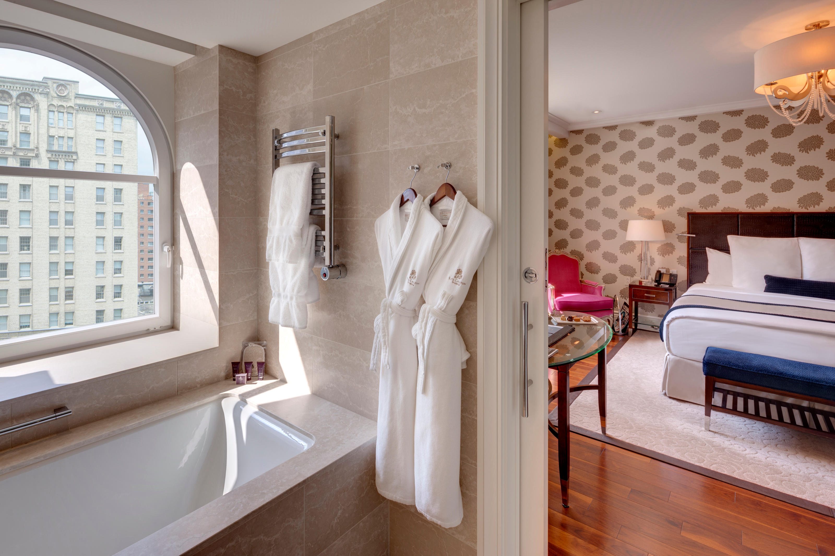 The Ritz-Carlton, Montreal à Montreal: Perfect for a couple's escape, our Signature Room defines sophistication with stylish décor and exceptional amenities. Unwind in a plush king bed with the pillow of your choice or refresh in a pristine bathroom with a spa-quality rain shower and oversized soaking tub. Nightly turndown, 24-hour in-room dining and other discreet services are available.