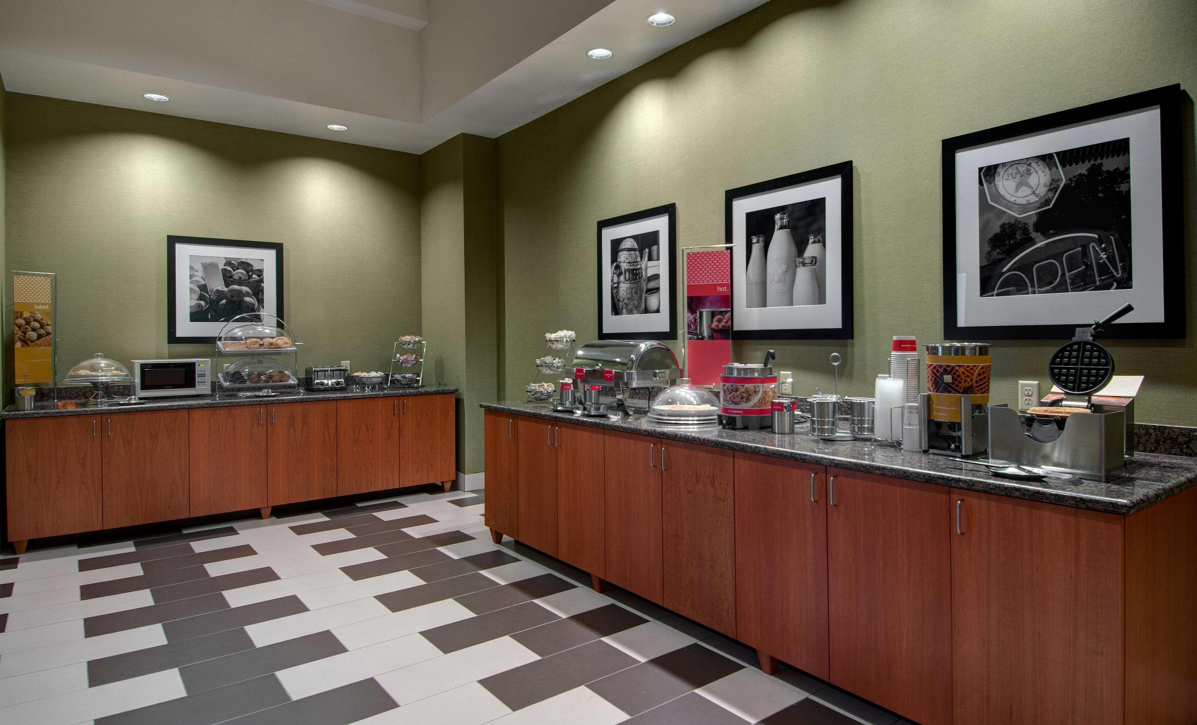 Hampton Inn & Suites Astoria image 7