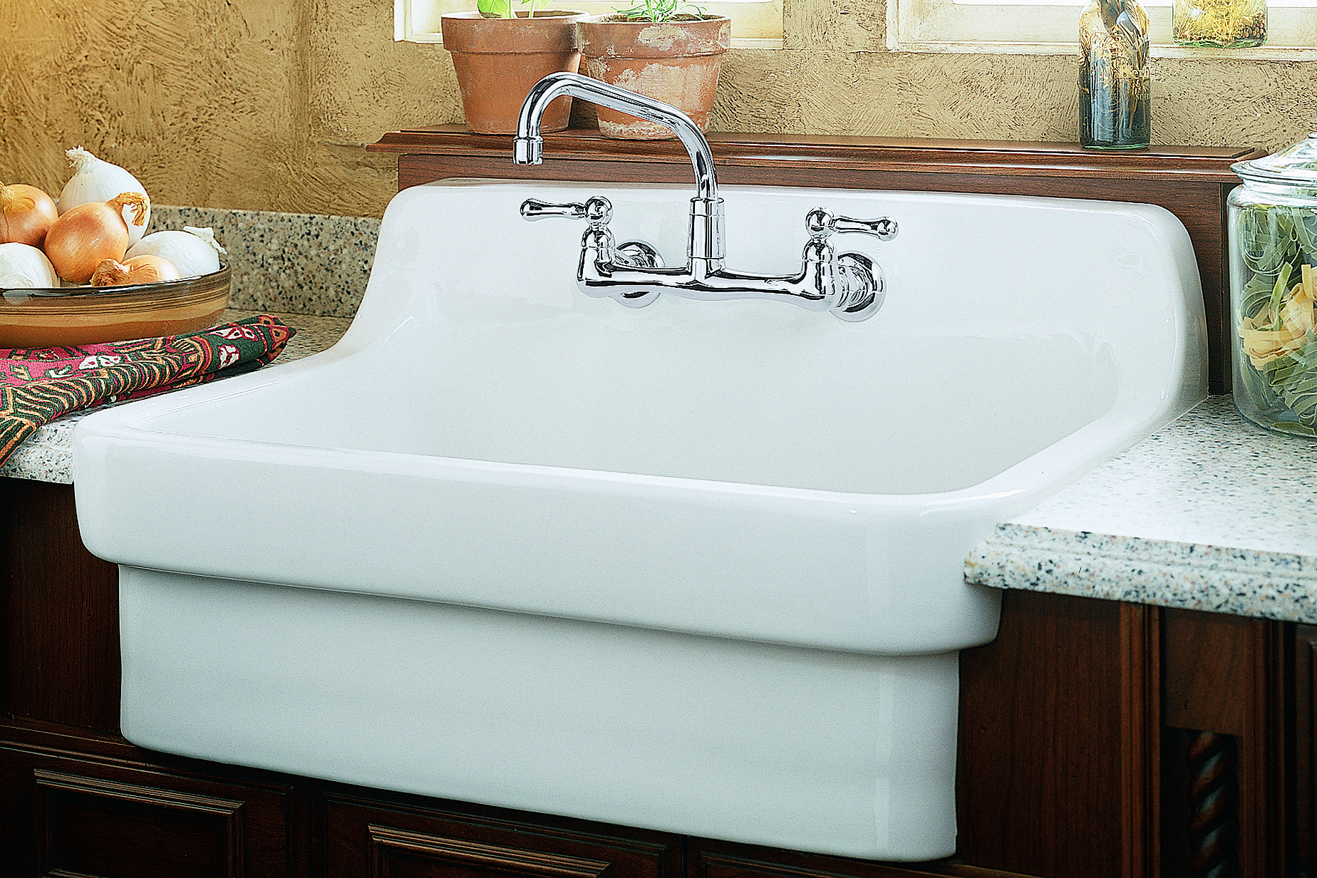 Lennon Plumbing Ltd à Simcoe: Country wall mount sink