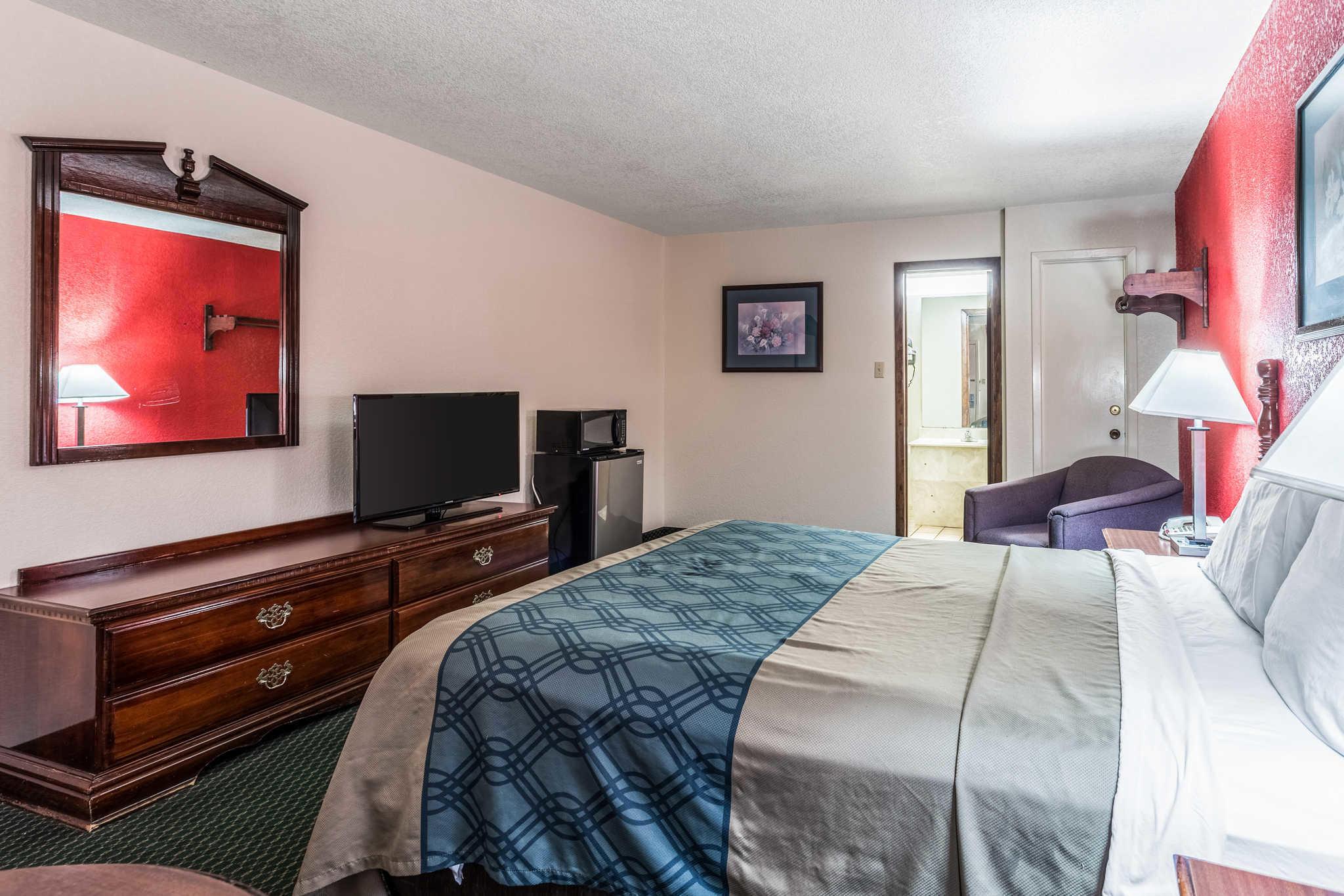 Econo Lodge & Suites image 14