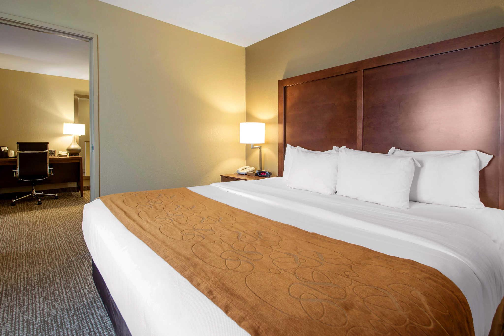 Comfort Suites Johnson Creek Conference Center image 16
