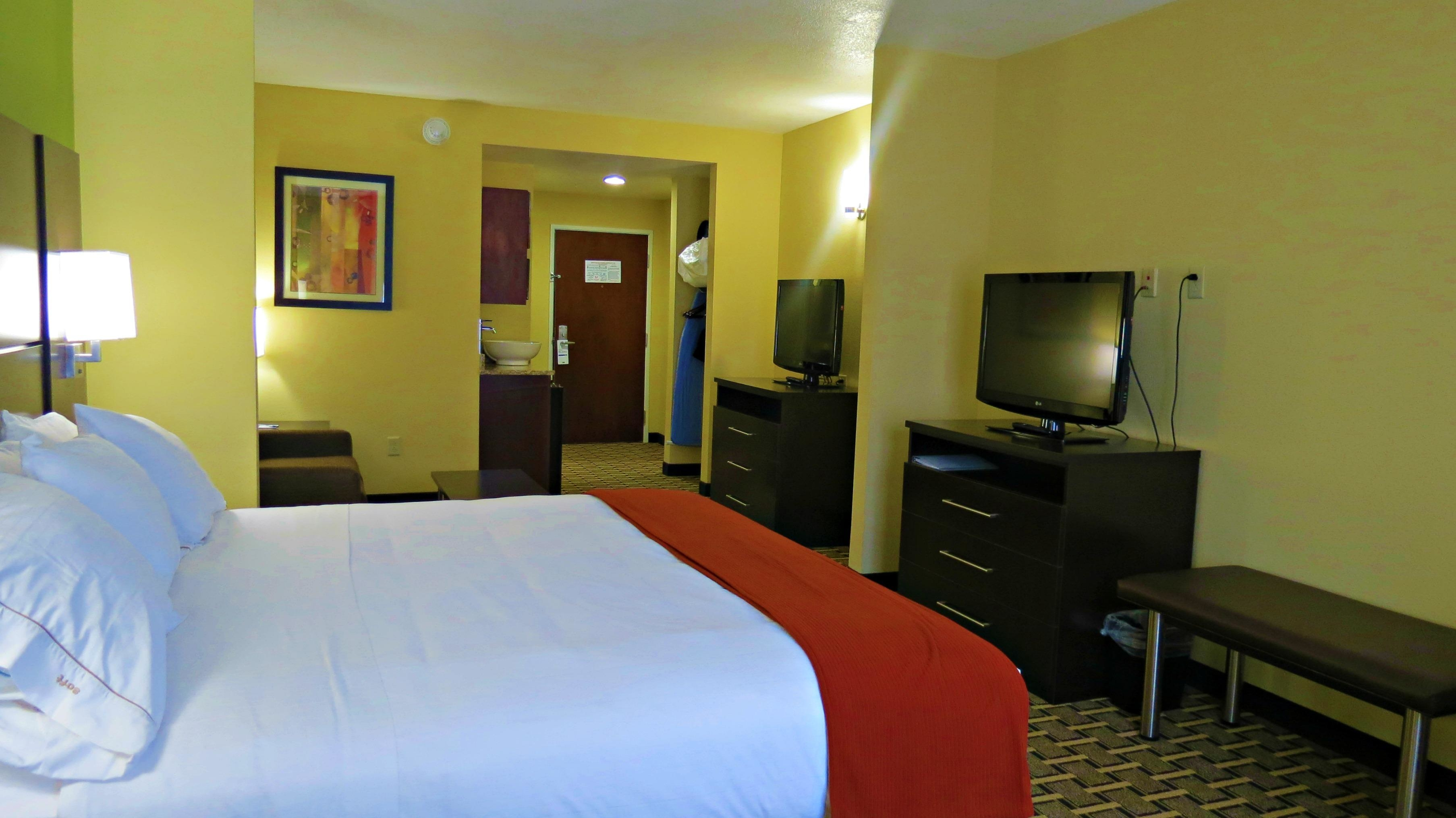 Holiday Inn Express & Suites image 2