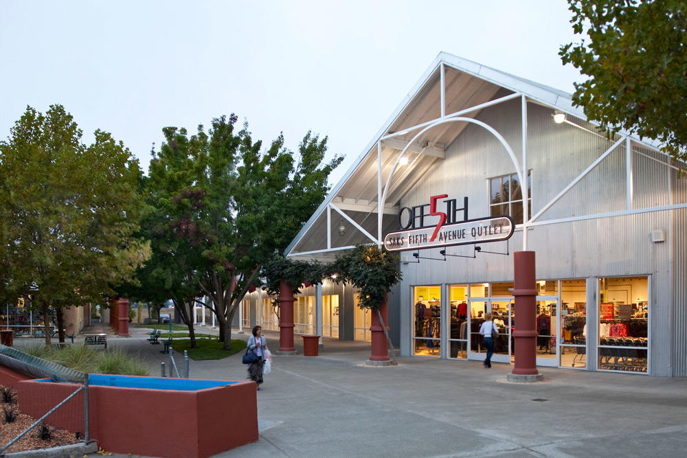 A directory of outlet malls in the San Francisco Bay Area. These California outlet malls and factory stores vary in size from 10 to almost -- and are located around the Bay Area, including Vacaville, Napa, Gilroy and Milpitas.