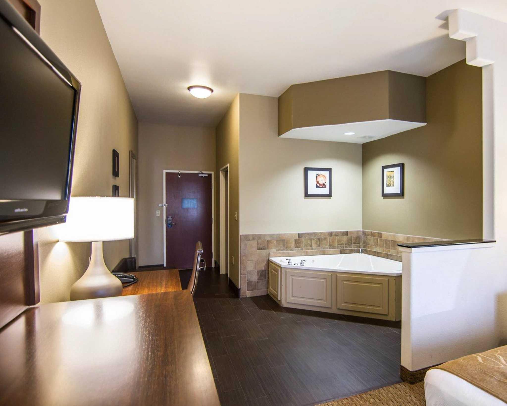 Comfort Suites Marshall image 25