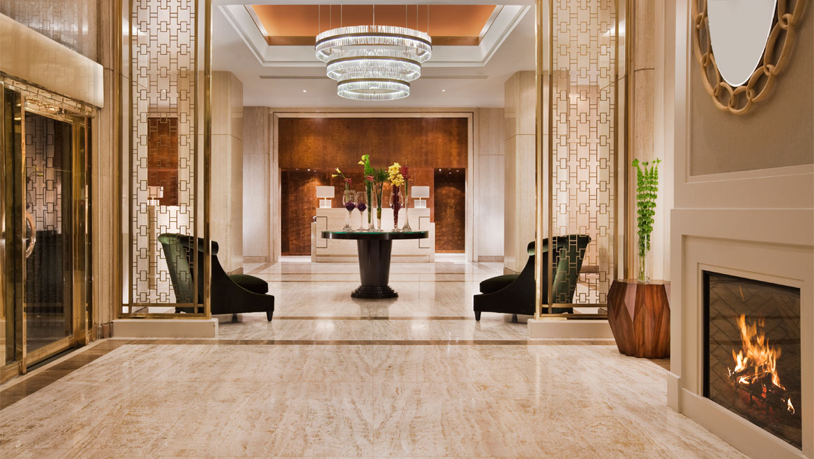 Hotel Omni Mont-Royal à Montreal: Be captivated by our chandeliers and modern gold accents fit for royalty in our lobby.